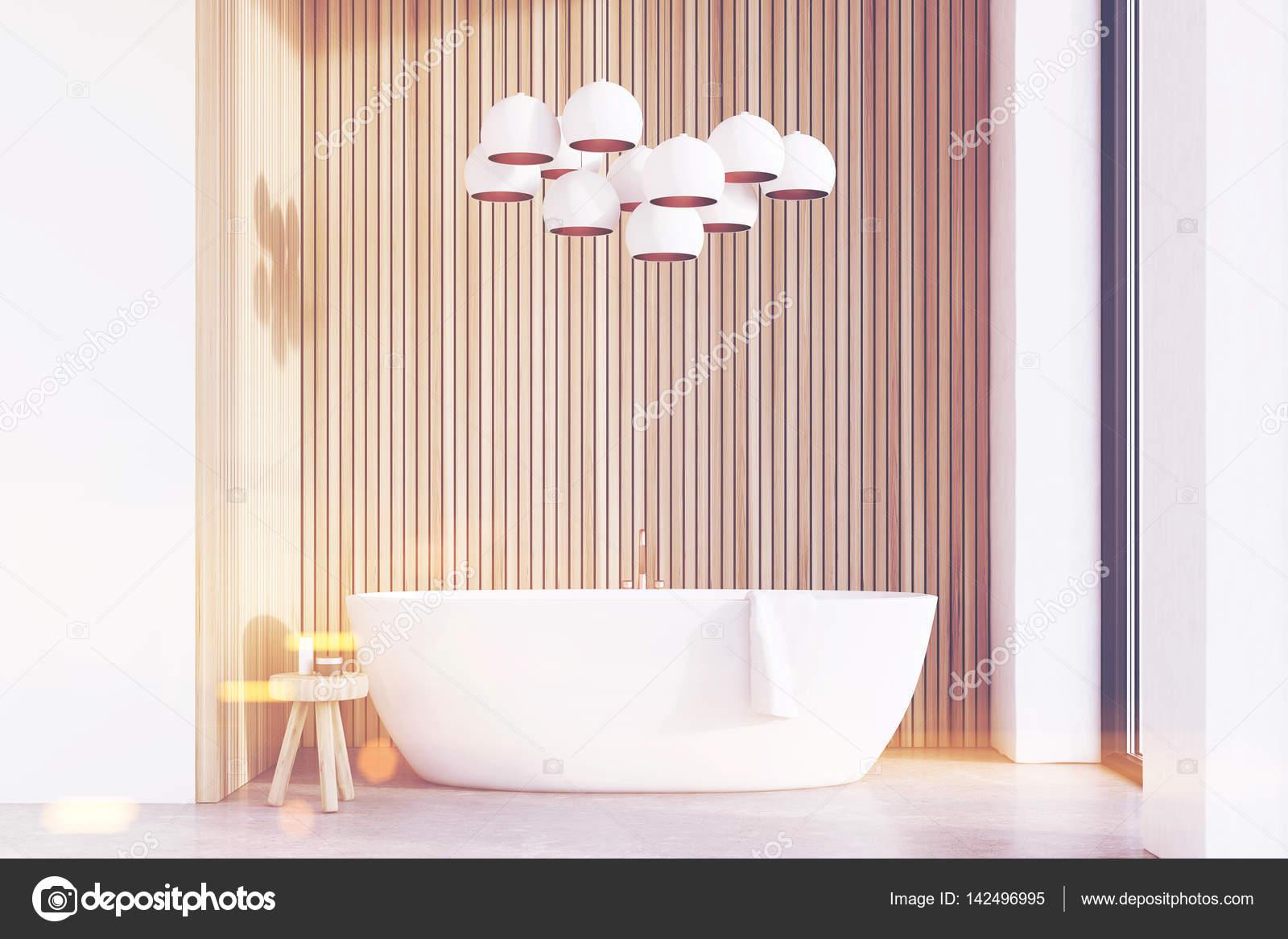 Badkamer met lampen, licht hout, afgezwakt — Stockfoto ...