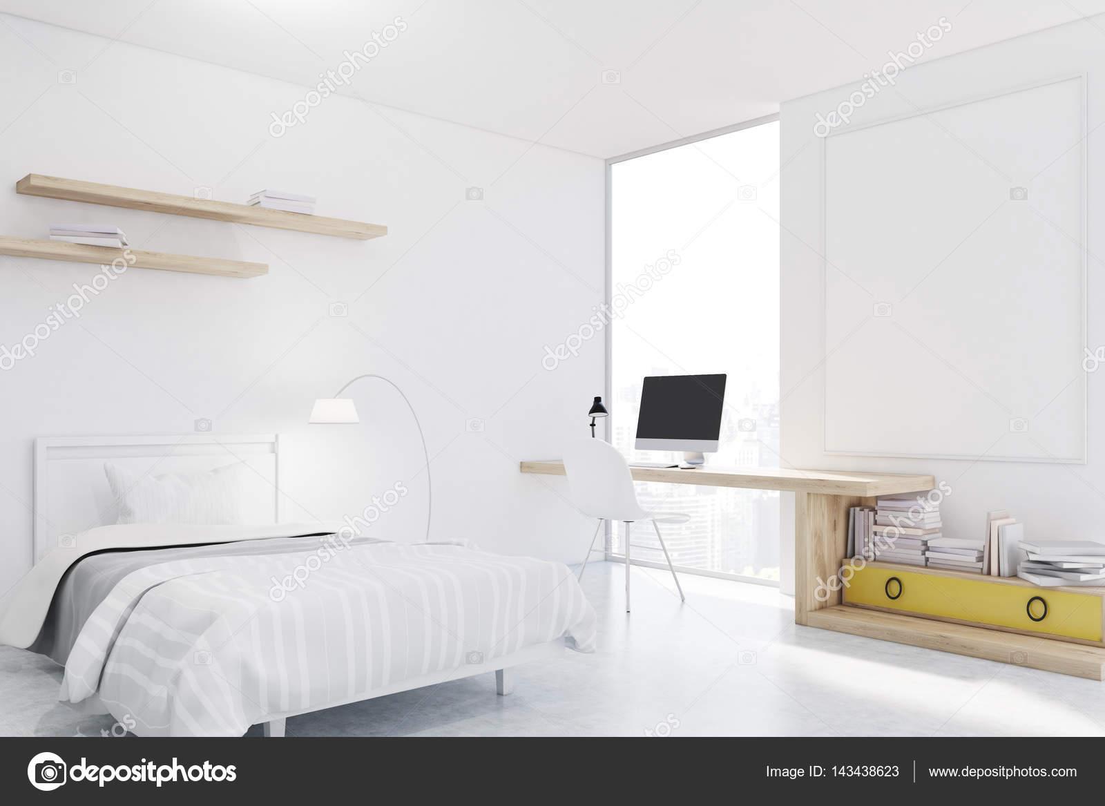 Bianco con pareti camera da letto con angolo studio — Foto Stock ...