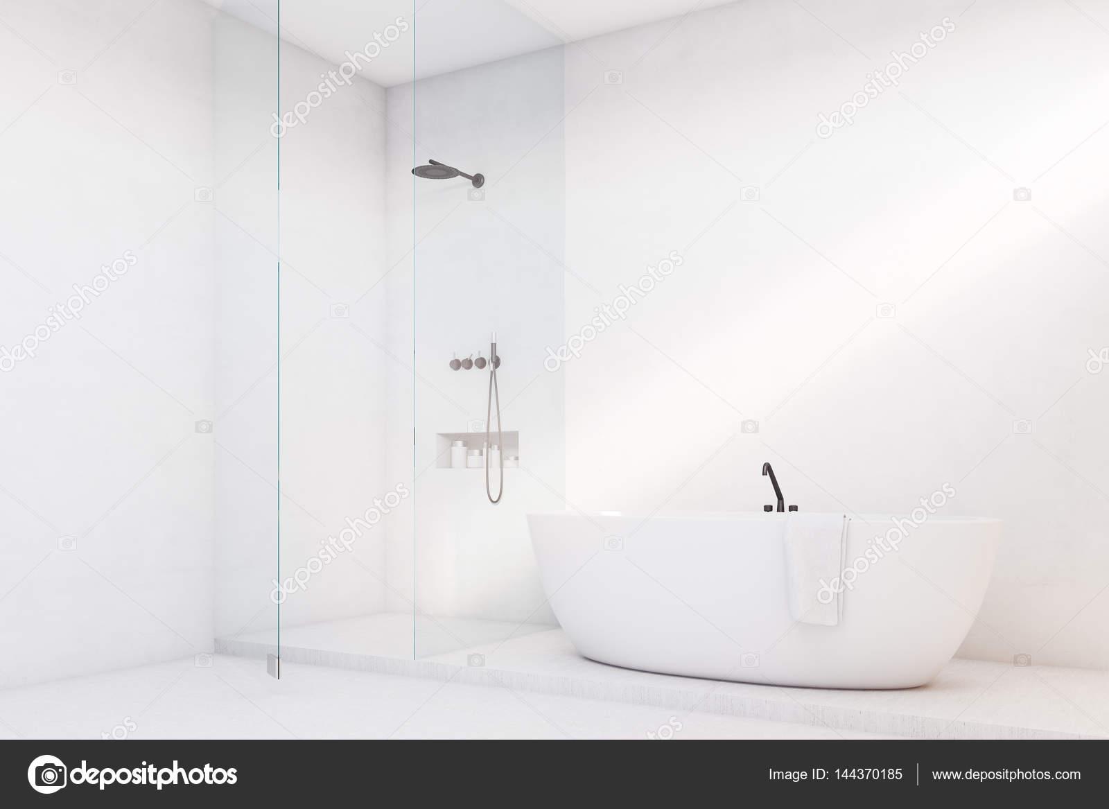 Luxe badkamer met glazen wand, hoek — Stockfoto © denisismagilov ...