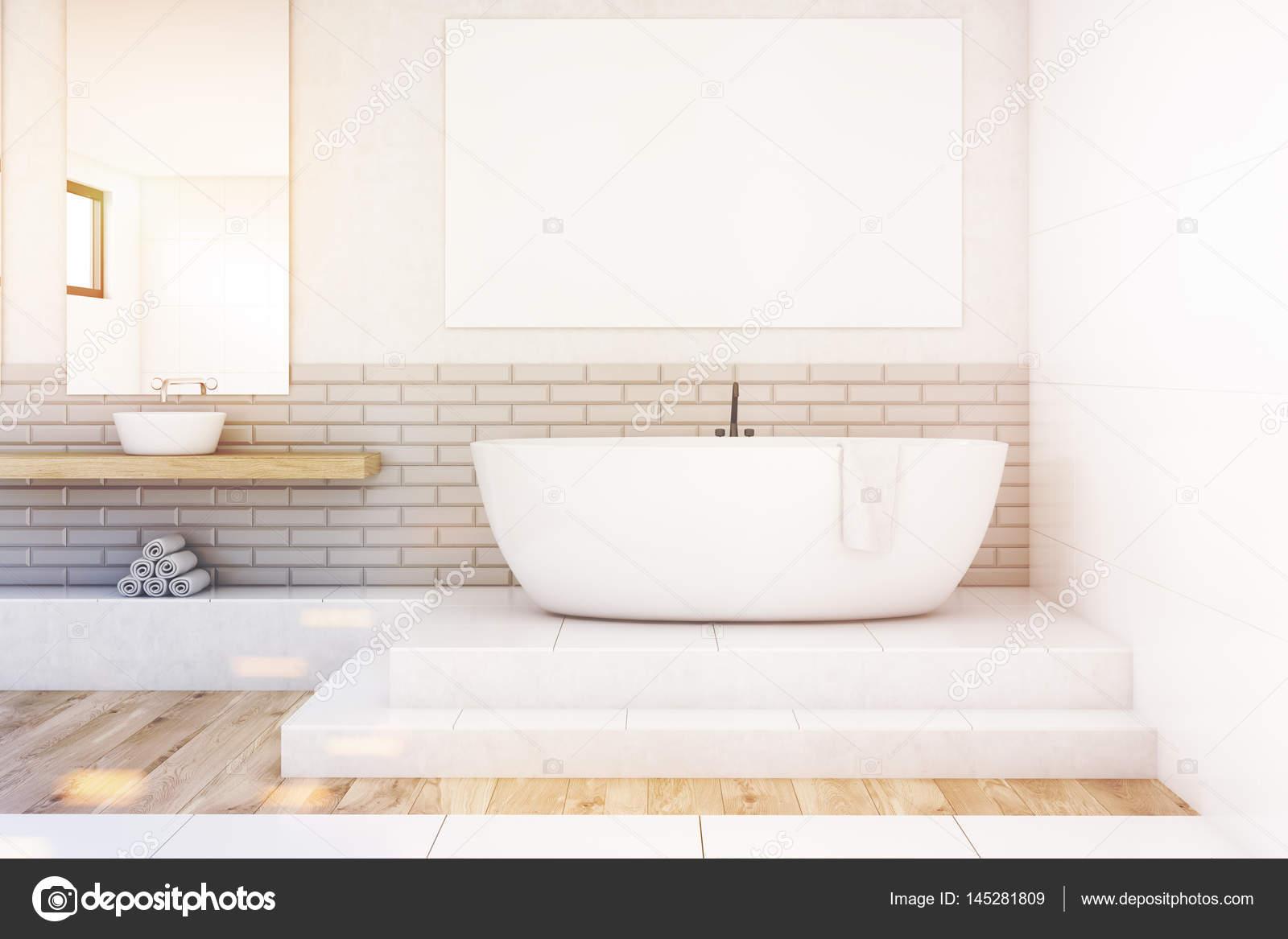 Vasca Da Bagno Non Scarica : Bagno con specchio e poster bianco tonica u foto stock