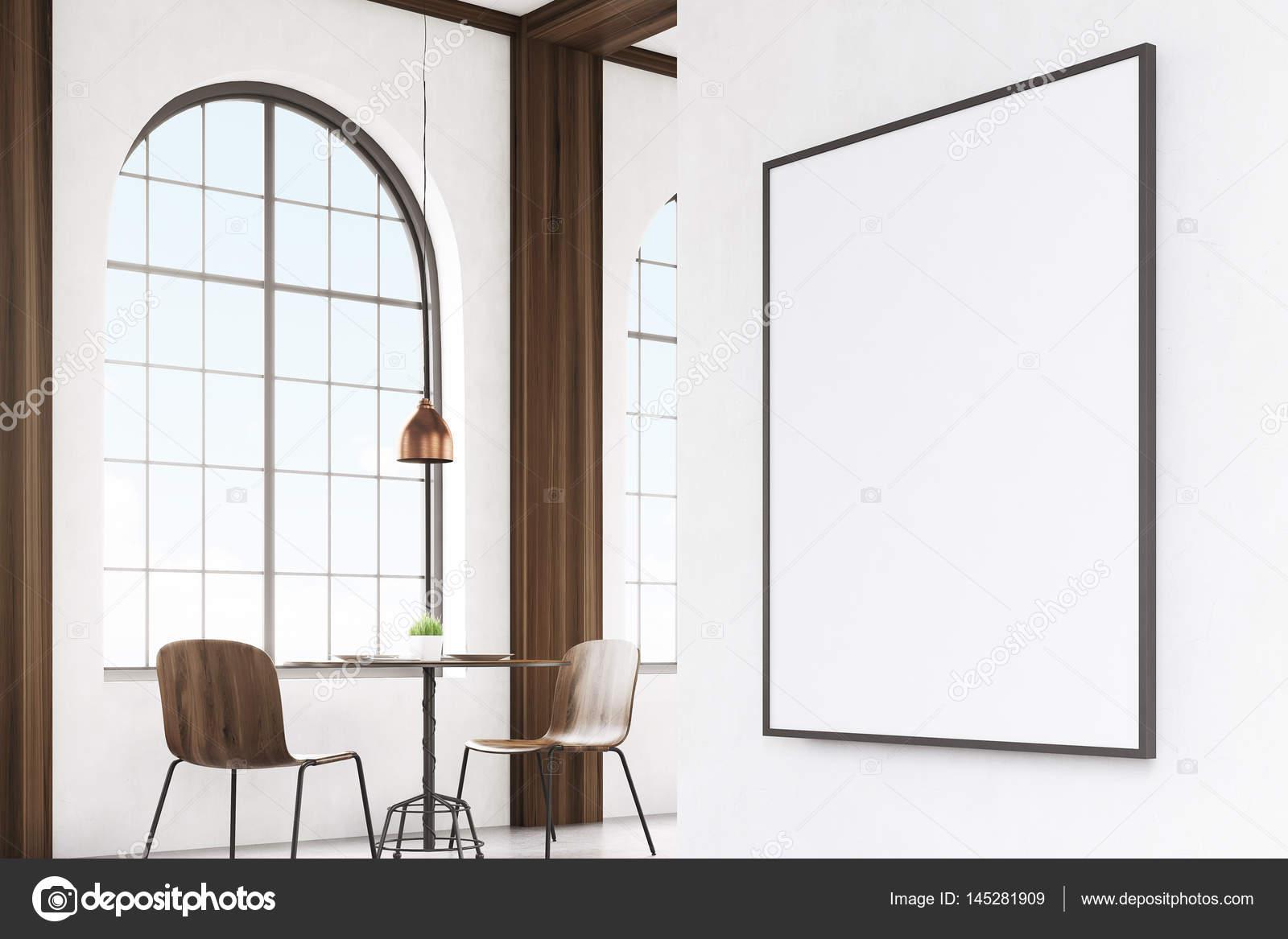 Stühle An Die Wand Hängen vertikale gerahmte poster an der wand café ecke stockfoto