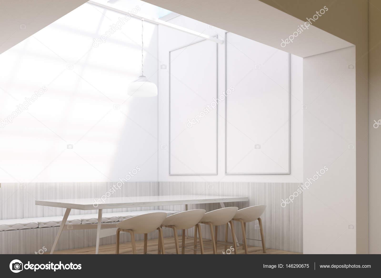 Stühle An Die Wand Hängen cafe einrichtung zwei vertikale stockfoto denisismagilov