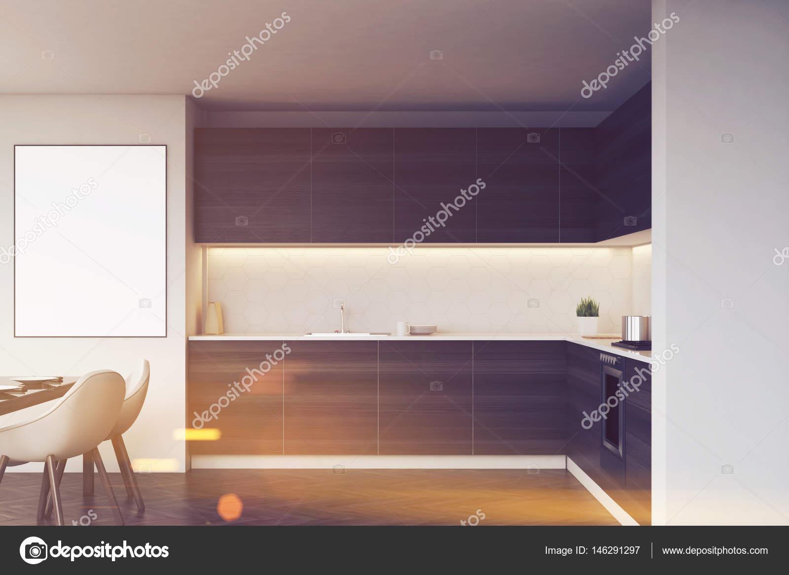 Dunkle Küchekostenzähler und einen Tisch, getönt — Stockfoto ...