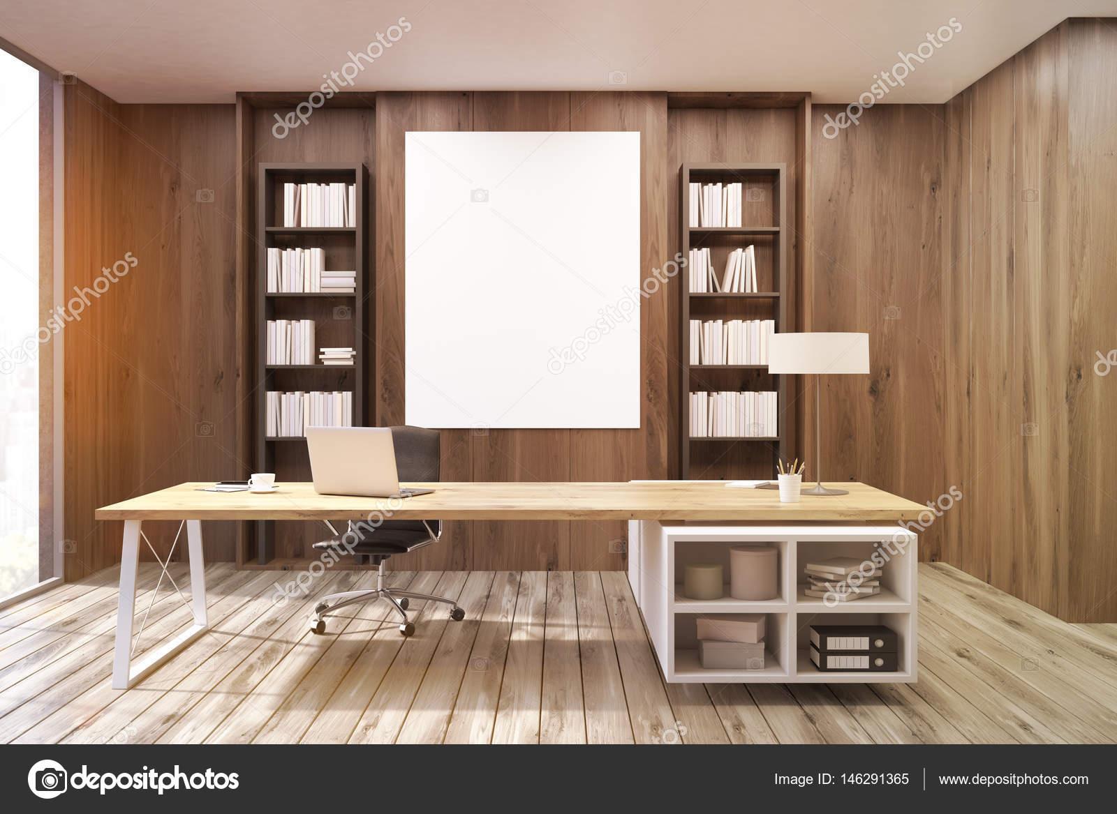 Bureau du directeur général avec les murs en bois foncé tonifiés