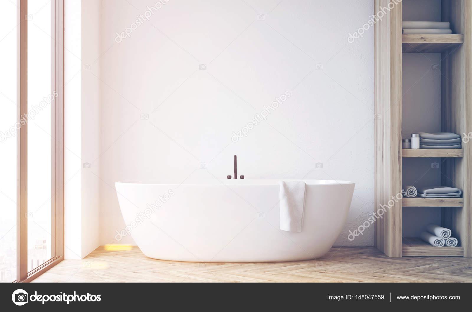 Badkamer met kast en witte muur, afgezwakt — Stockfoto ...