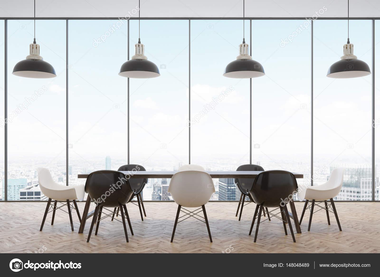 Tagungsraum Mit Einem Panoramafenster Mit Herrlichem Ausblick Und Ein Langer  Tisch Mit Schwarzen Und Weißen Stühle Stehen Um Ihn Herum.
