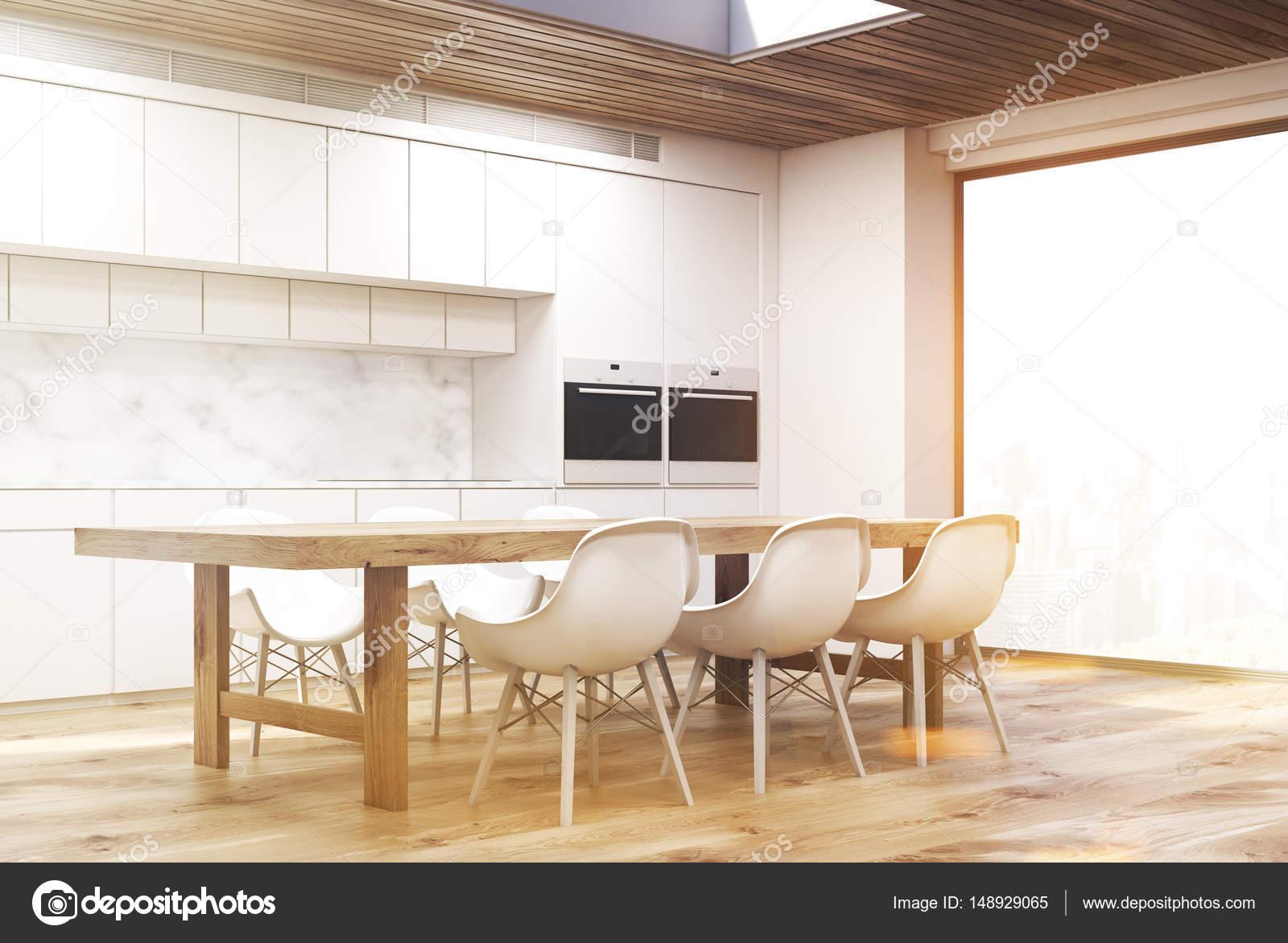 Cucina in marmo con lungo tavolo, lato, tonico — Foto Stock ...