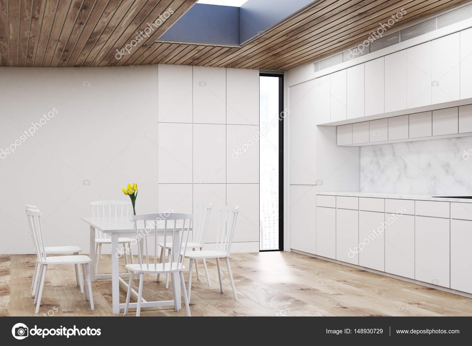 Cucina bianca con tavolo tondo, legno — Foto Stock ...