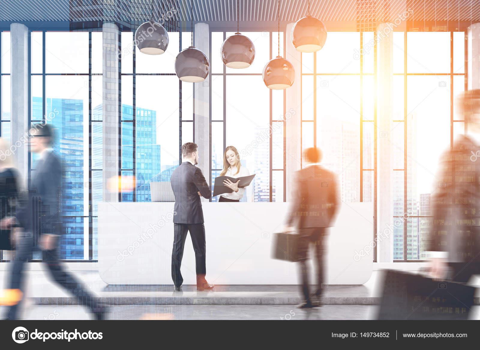 Banconi Per Ufficio Jacket : Persone in ufficio con il grattacielo doppia u foto stock