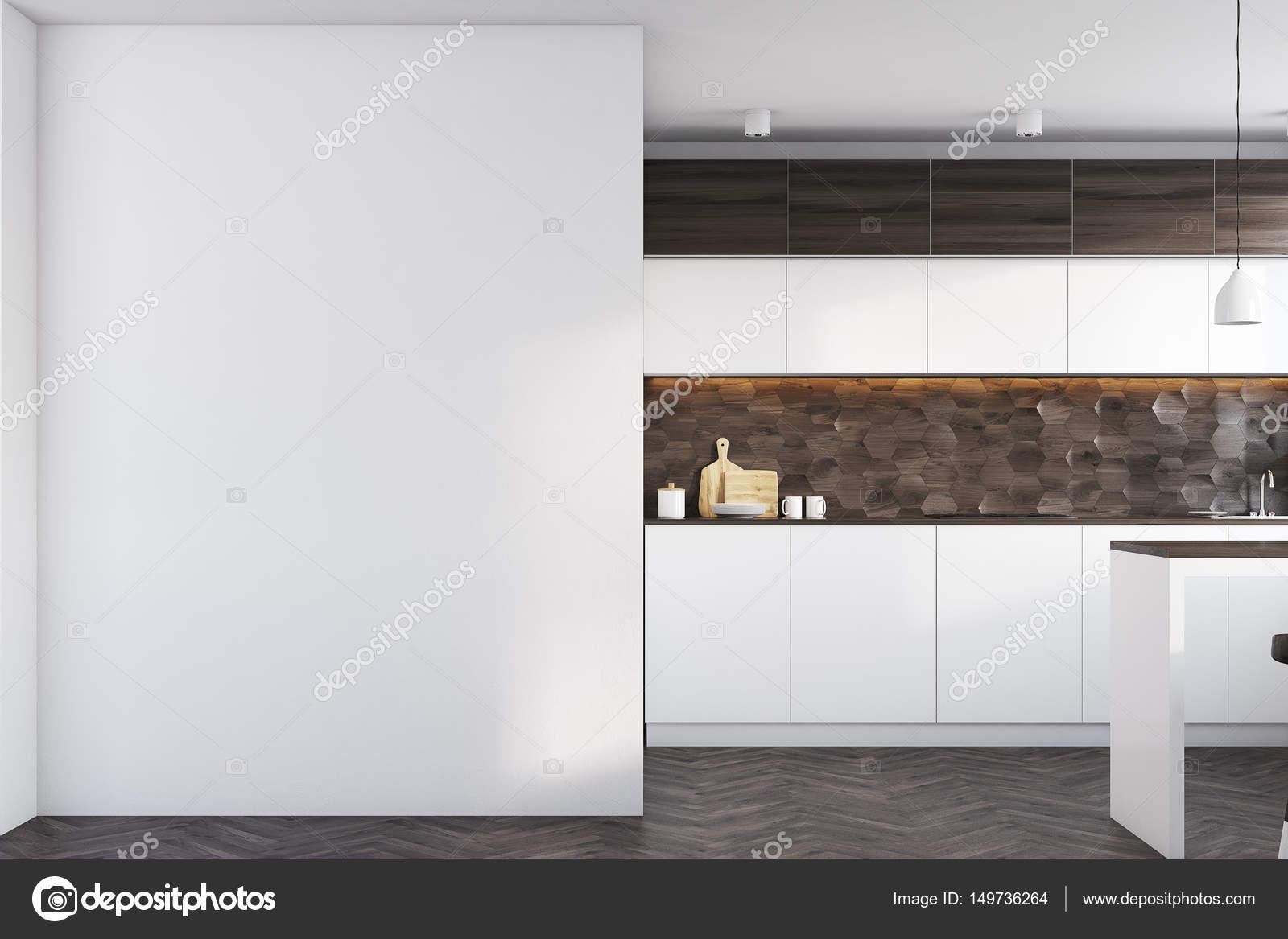 Donkere houten keuken met een tafel u stockfoto denisismagilov