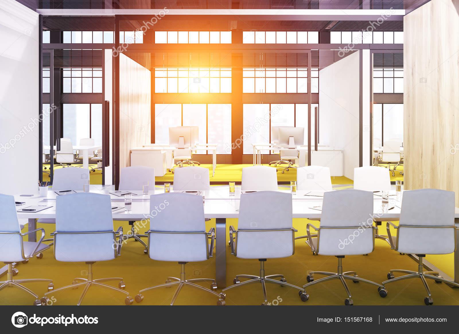 Exceptional Konferenz Innenraum Mit Einer Gelben Boden, Ein Langer Tisch Und Eine Reihe  Von Weißen Stühlen Stehend Entlang. 3D Rendering, Getönten Bild U2014 Foto Von  ...