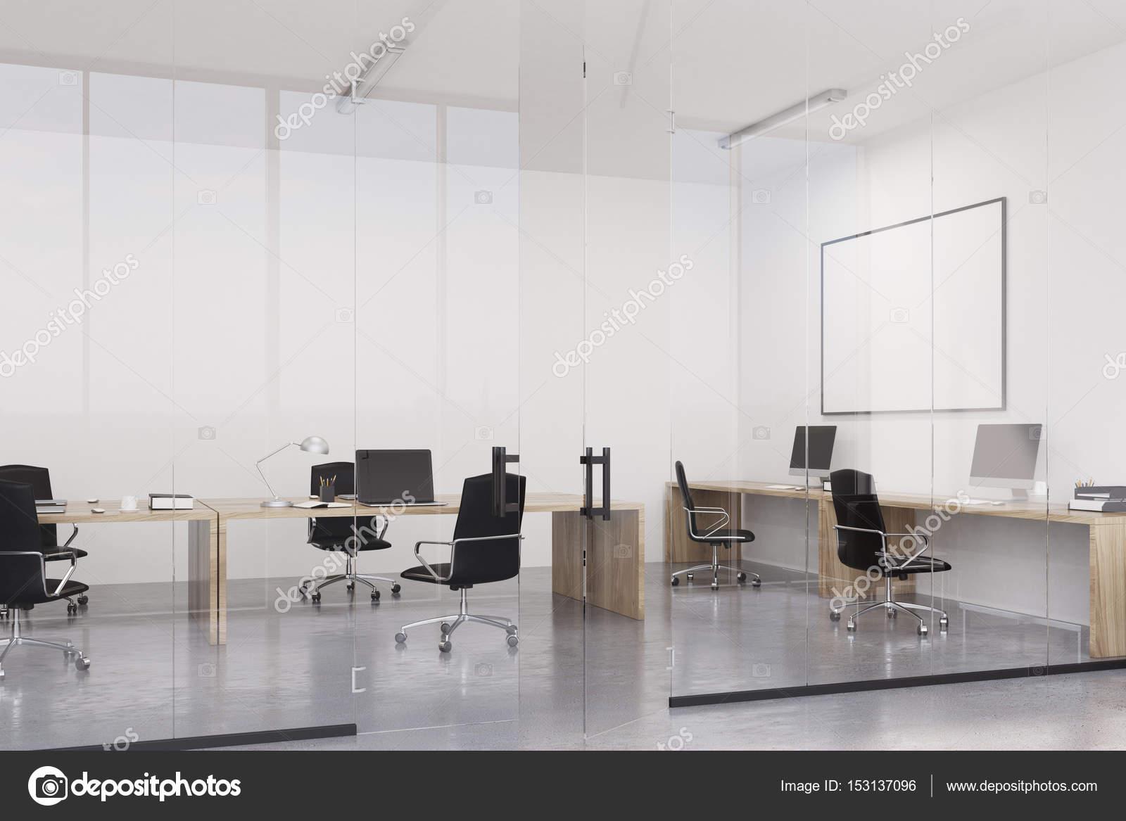 Bureau avec un tableau blanc u photographie denisismagilov