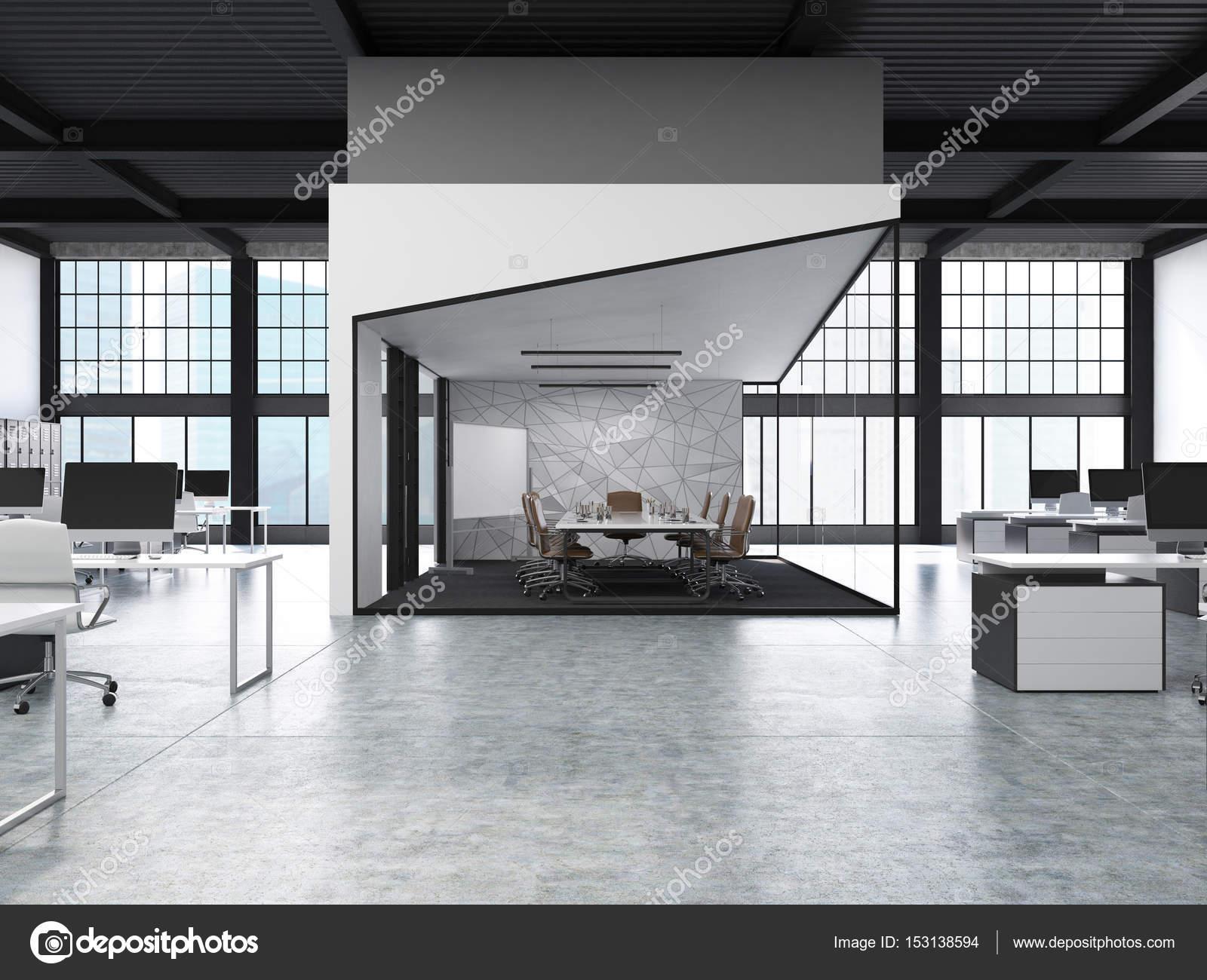 Frontansicht Des Innenraumes Großraumbüro Mit Reihen Von  Computer Schreibtische Und Ein Aquarium Mit Einem Konferenzraum In Der  Mitte.