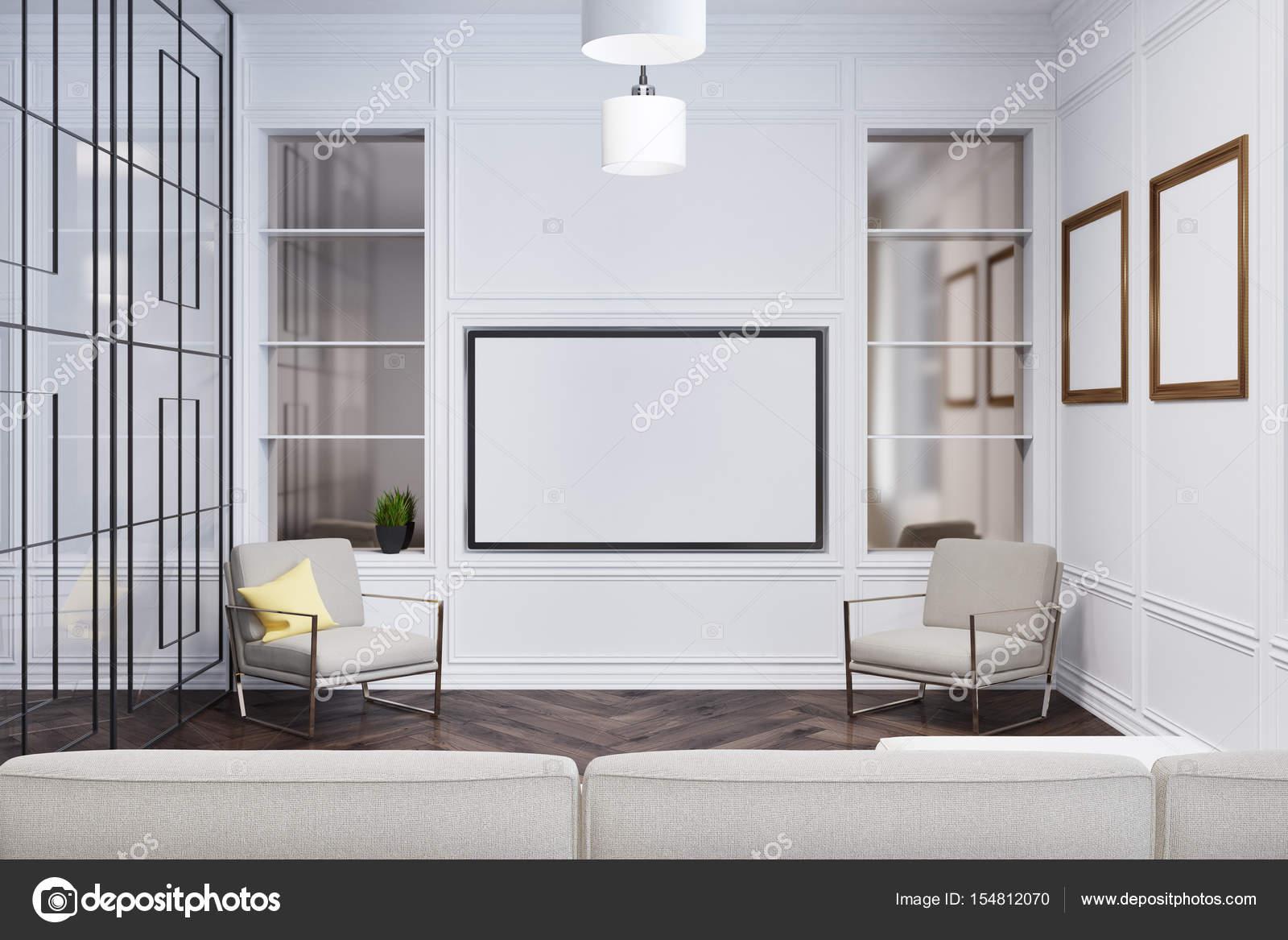 Vorderansicht Des Ein Gemütliches Wohnzimmer Mit Zwei Sesseln, Einem Sofa  Und Einer Glaswand Mit Einem Geometrischen Muster. Bilder Galerie.