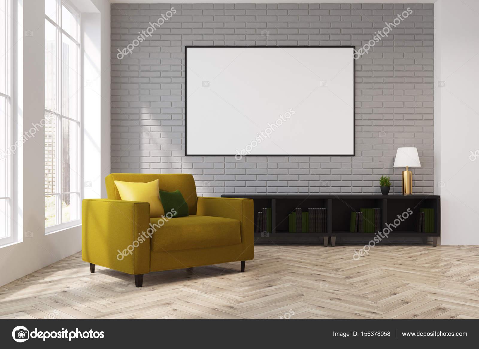 Graue Wohnzimmer Interieur Mit Einem Gelben Sessel Mit Kissen Drauf. Es Ist  Ein Gerahmtes Horizontale Poster über Eine Kommode. Lampe.