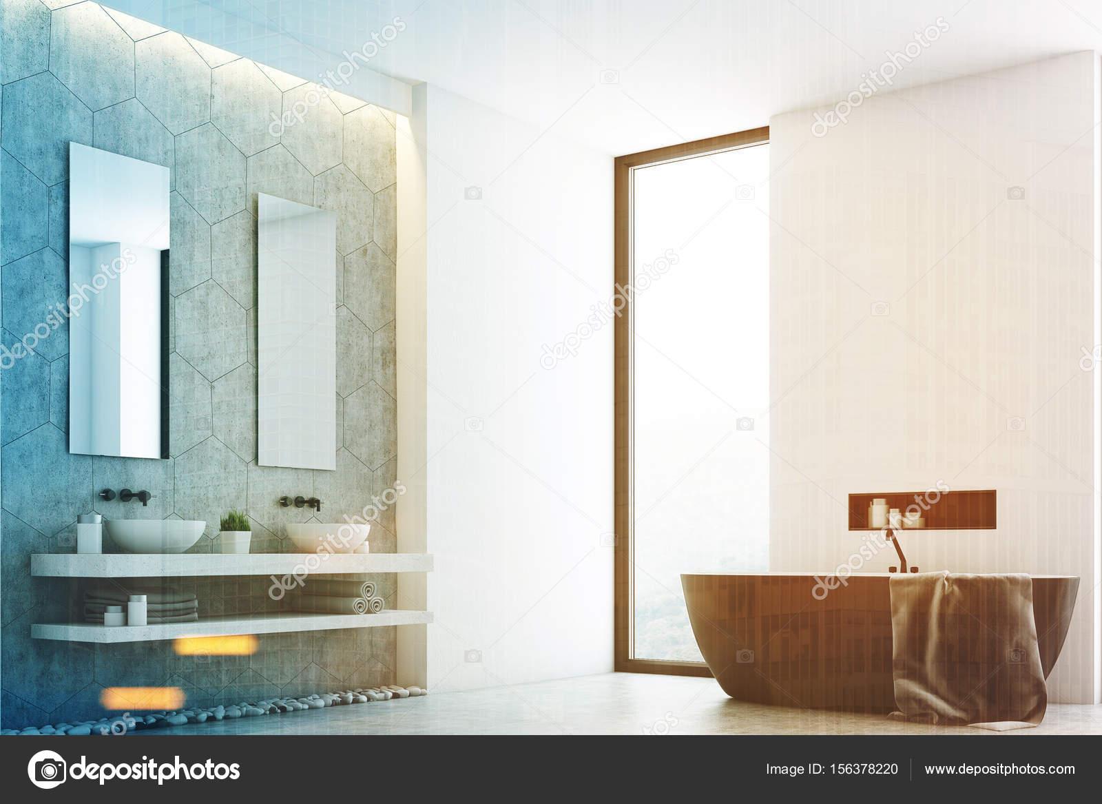 Grijze badkamer en een raam, hoek toned — Stockfoto © denisismagilov ...