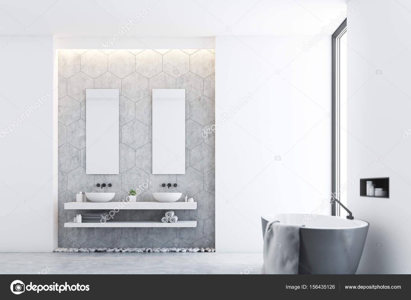 Salle de bain gris et une fenêtre latérale — Photographie ...