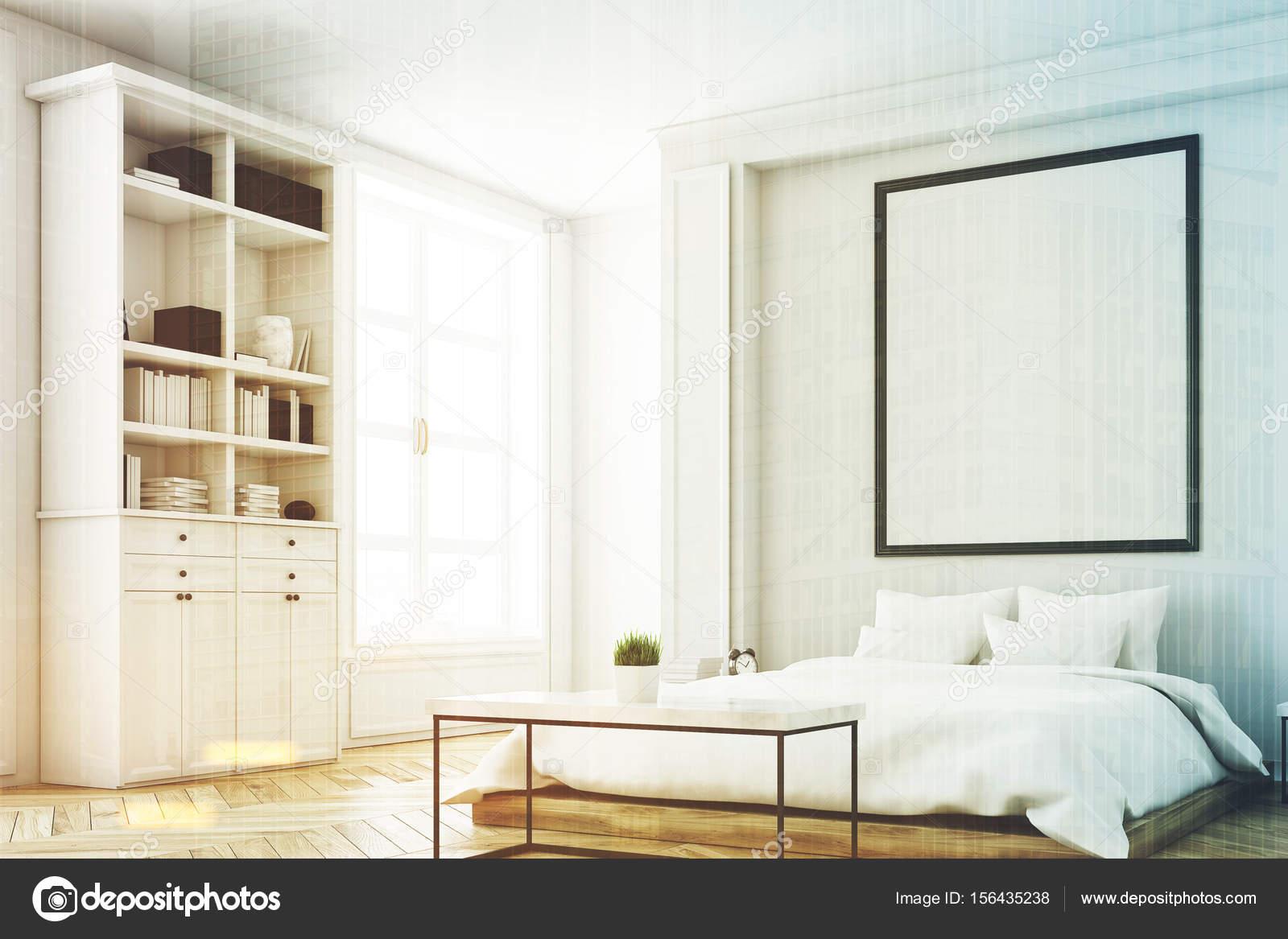 Angolo di una camera da letto con libreria tonica — Foto Stock ...