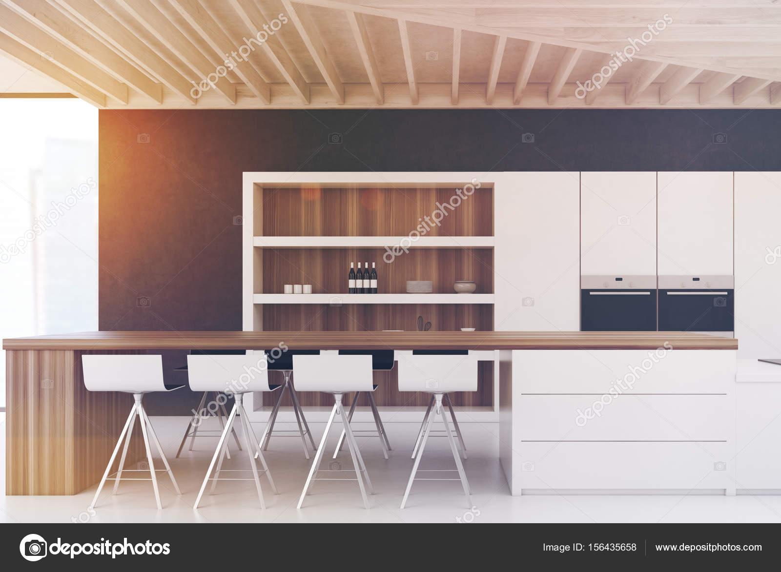 Cucina parete nera con una barra tonica u foto stock
