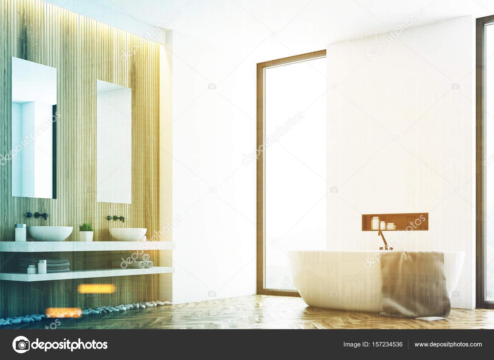 Witte badkamer en een hoek van het venster toned — Stockfoto ...