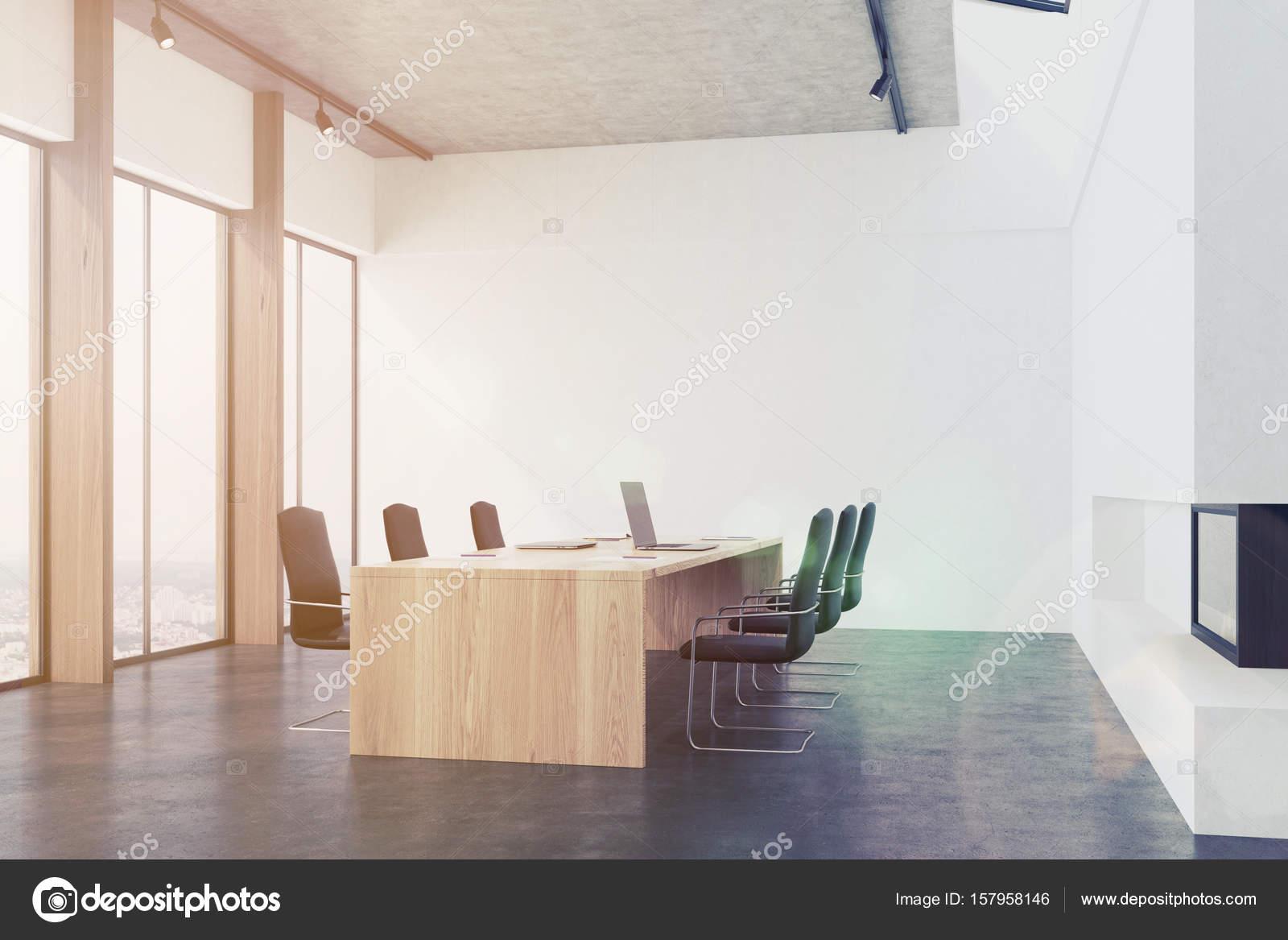 Conferentie kamer interieur met een open haard toned u stockfoto