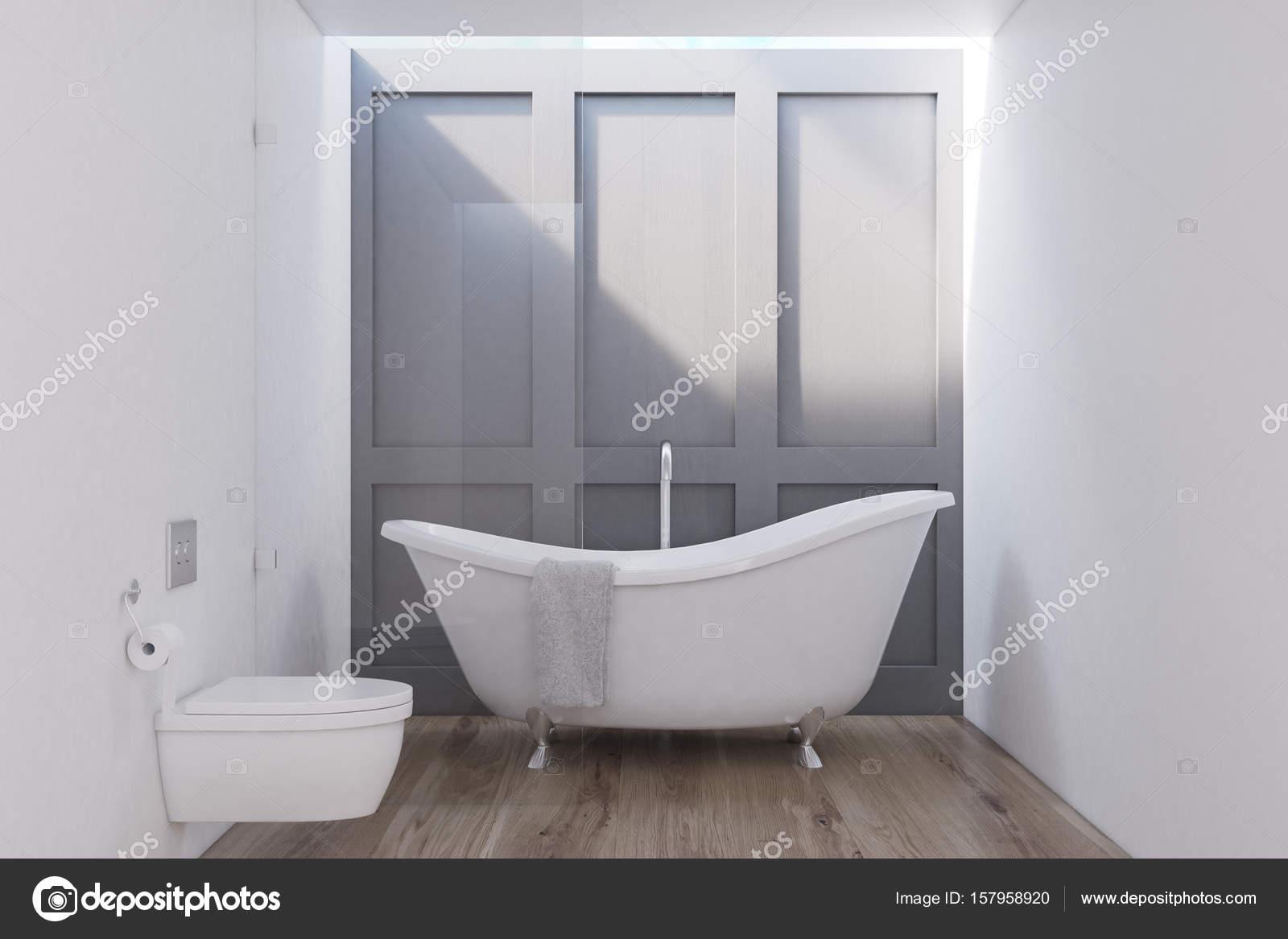 Badezimmer Interieur Mit Einem Weißen WC Stehen In Der Nähe Von Einer  Hölzernen Wand Und Boden. Eine Geschwungene Weiße Badewanne.