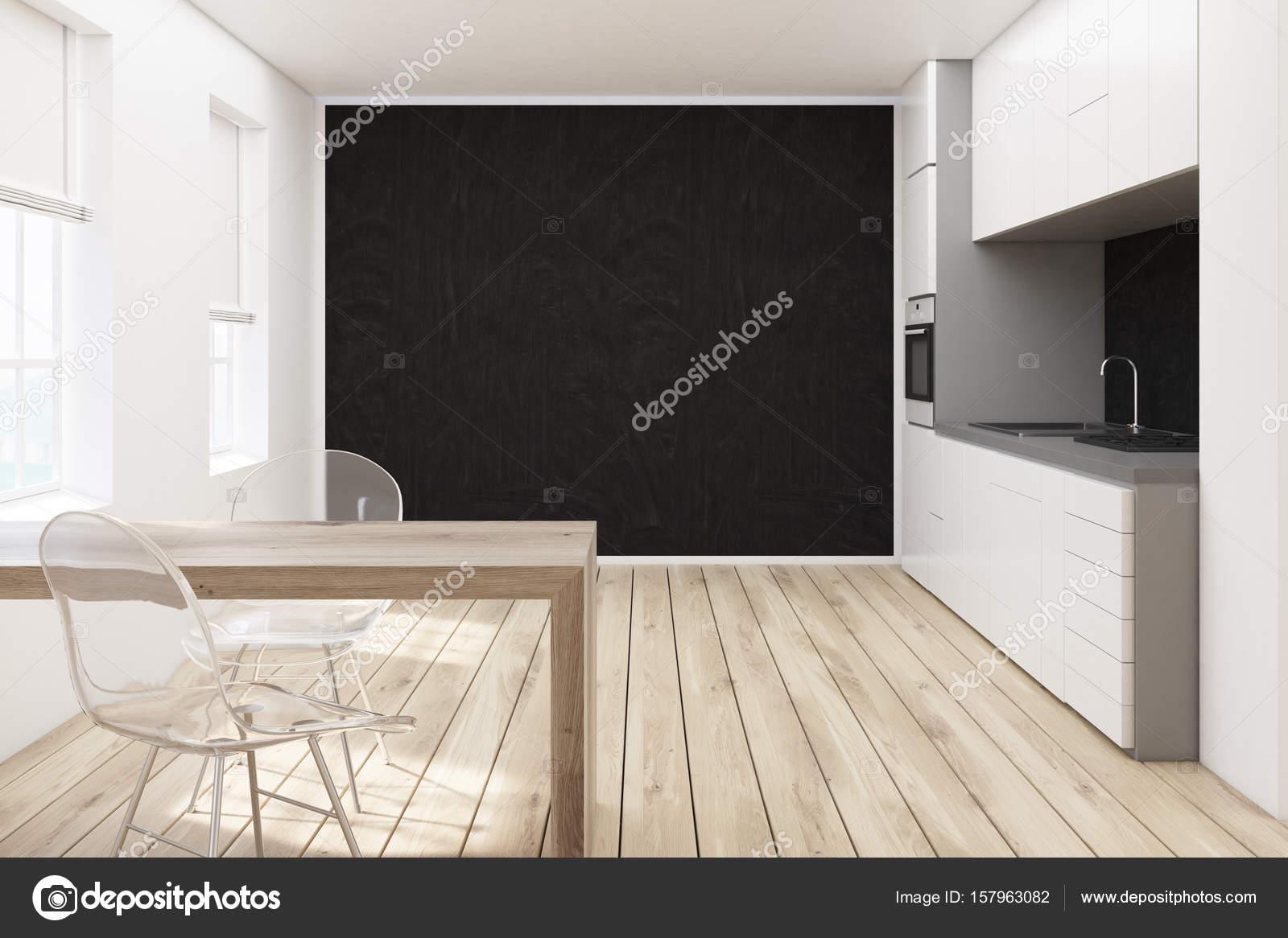 Schwarze Wand Küche, transparente Stühle — Stockfoto ...