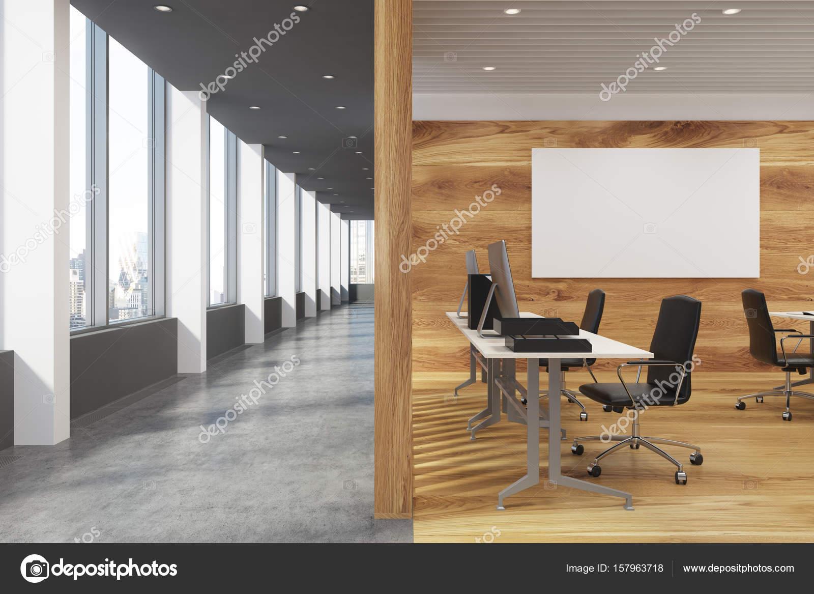 Bureau en bois foncé avec une affiche u photographie