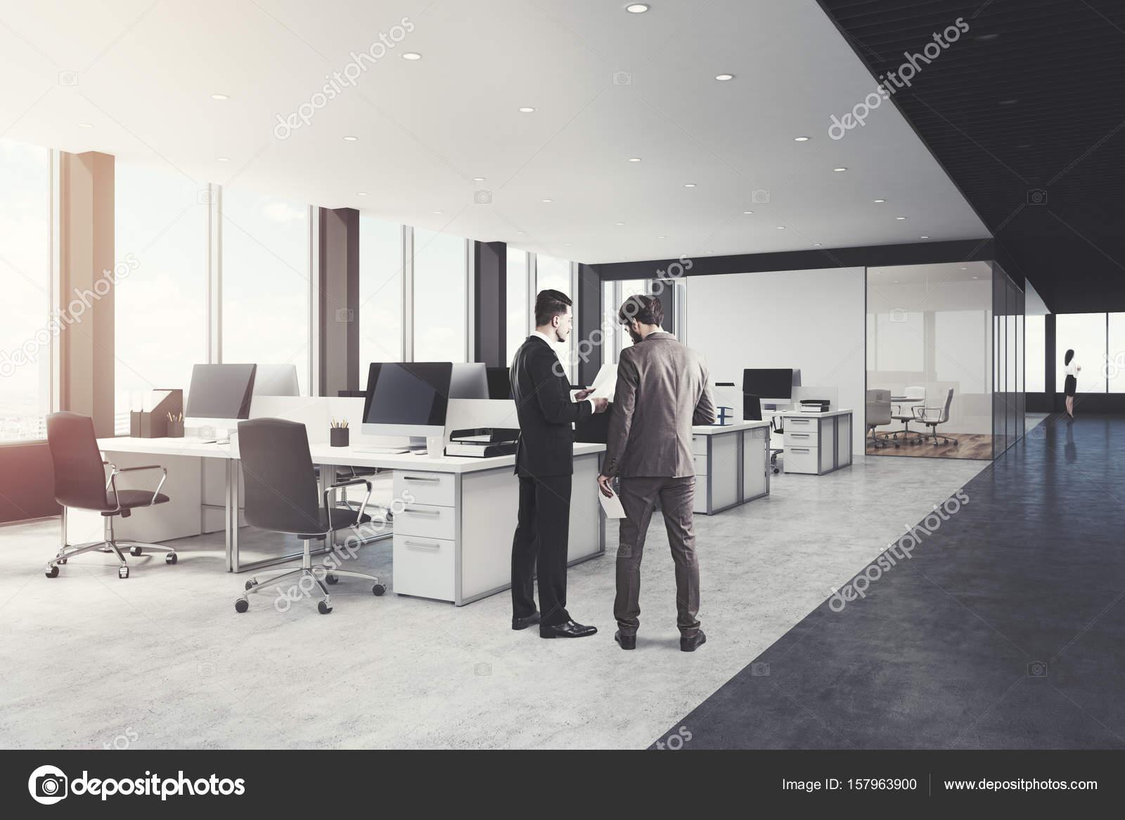 Blanc et noir ouvrent à côté de l espace de bureau hommes