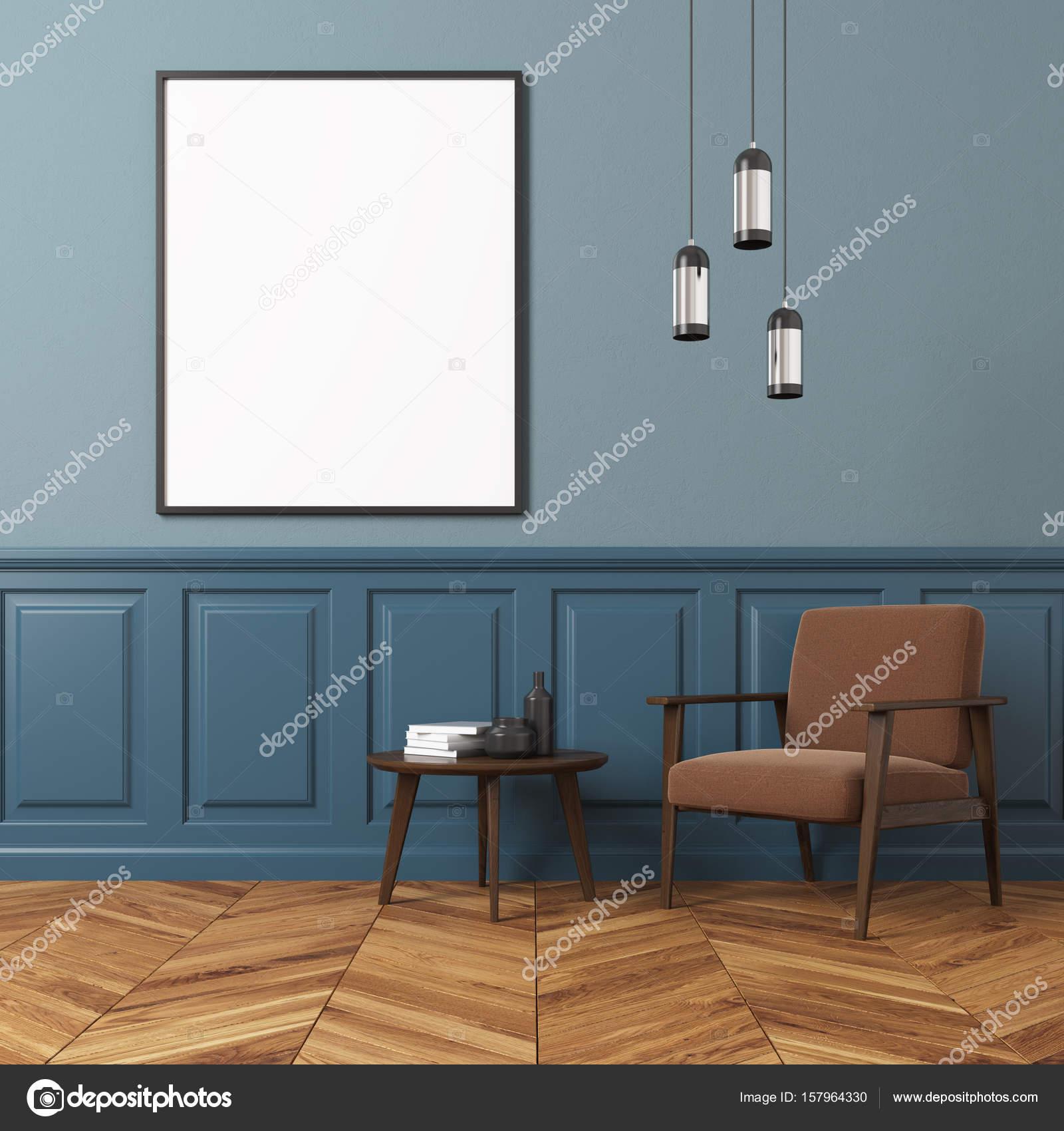 Blaue Wand Wohnzimmer Interieur Mit Einem Braunen Sessel, Einen Couchtisch  Mit Büchern Und Flaschen Und Eine Vertikale Gerahmtes Plakat.