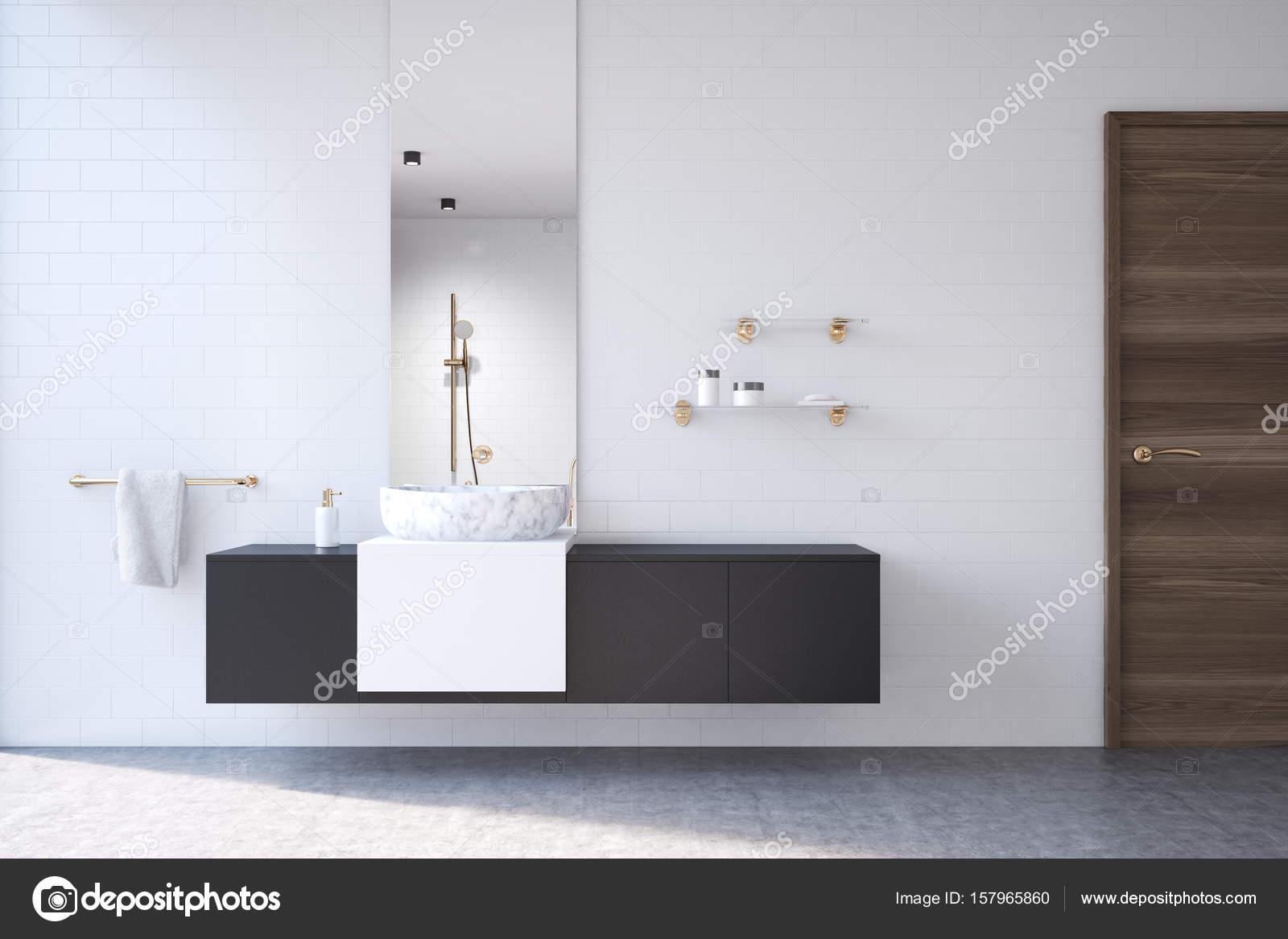 Witte badkamer, zwart plat, spiegel — Stockfoto © denisismagilov ...