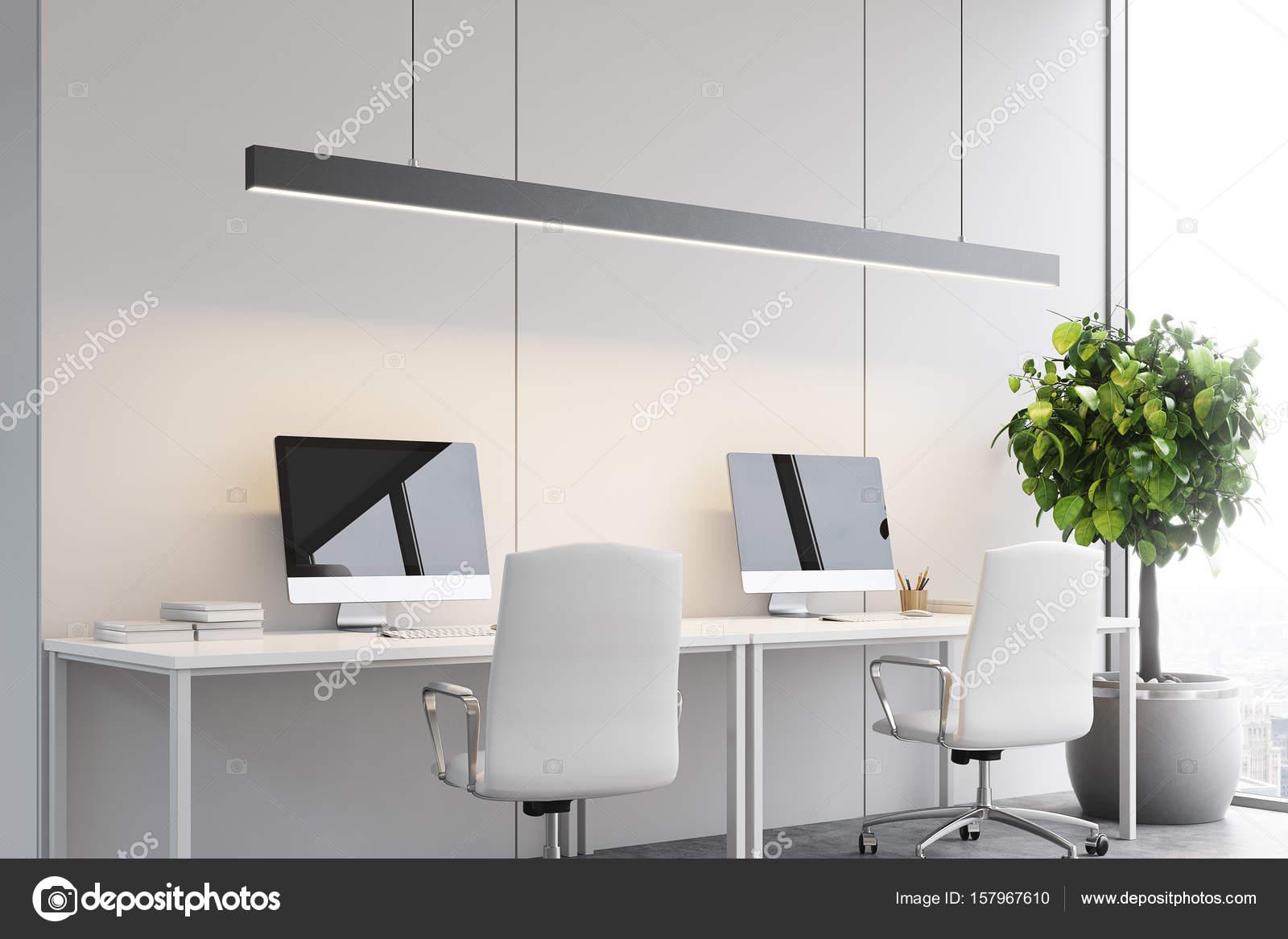 Tavoli Ufficio Design : Due computer su tavoli ufficio lato u2014 foto stock © denisismagilov