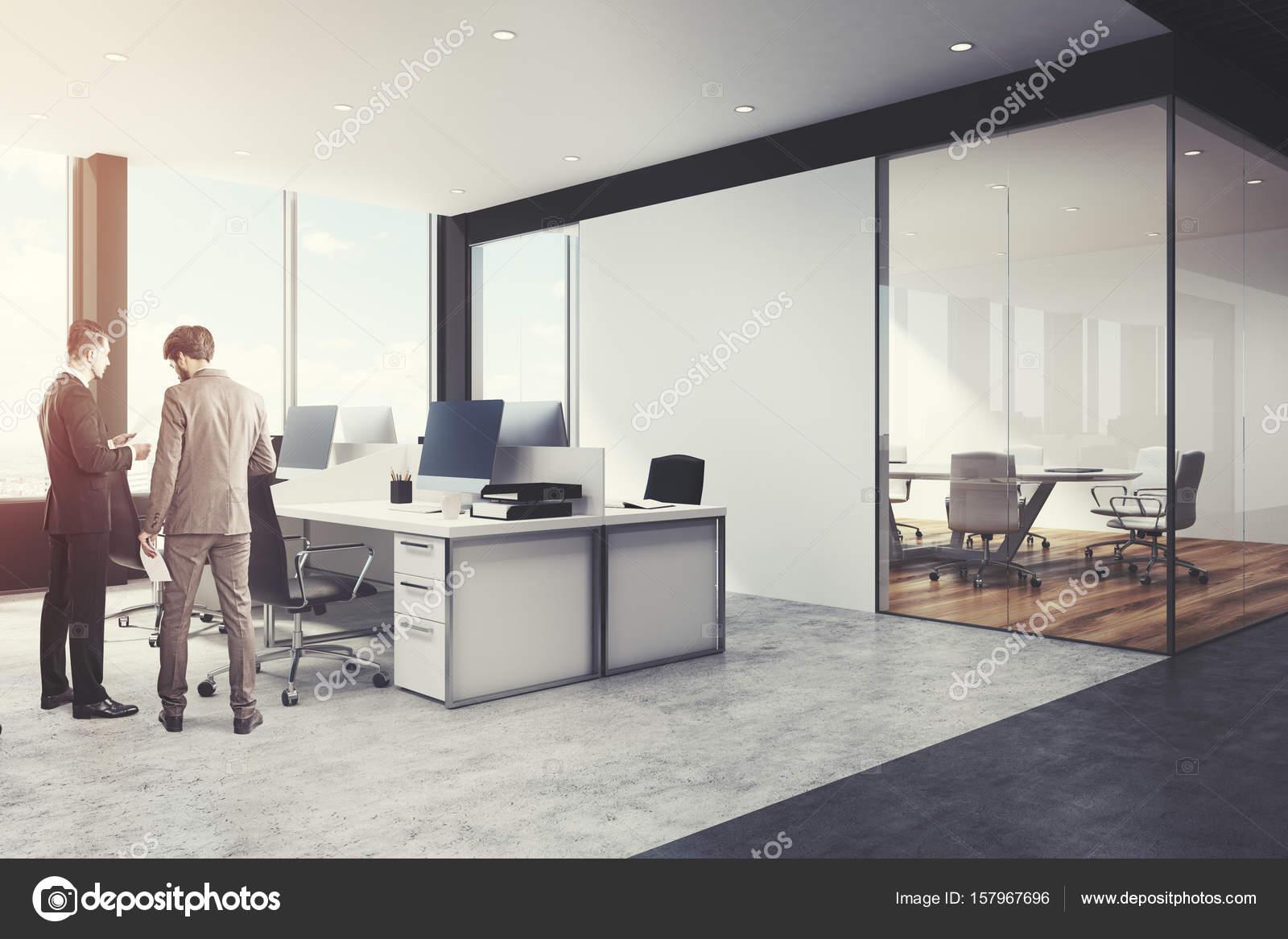 Noir et blanc ouvrent le coin de lespace de bureau hommes