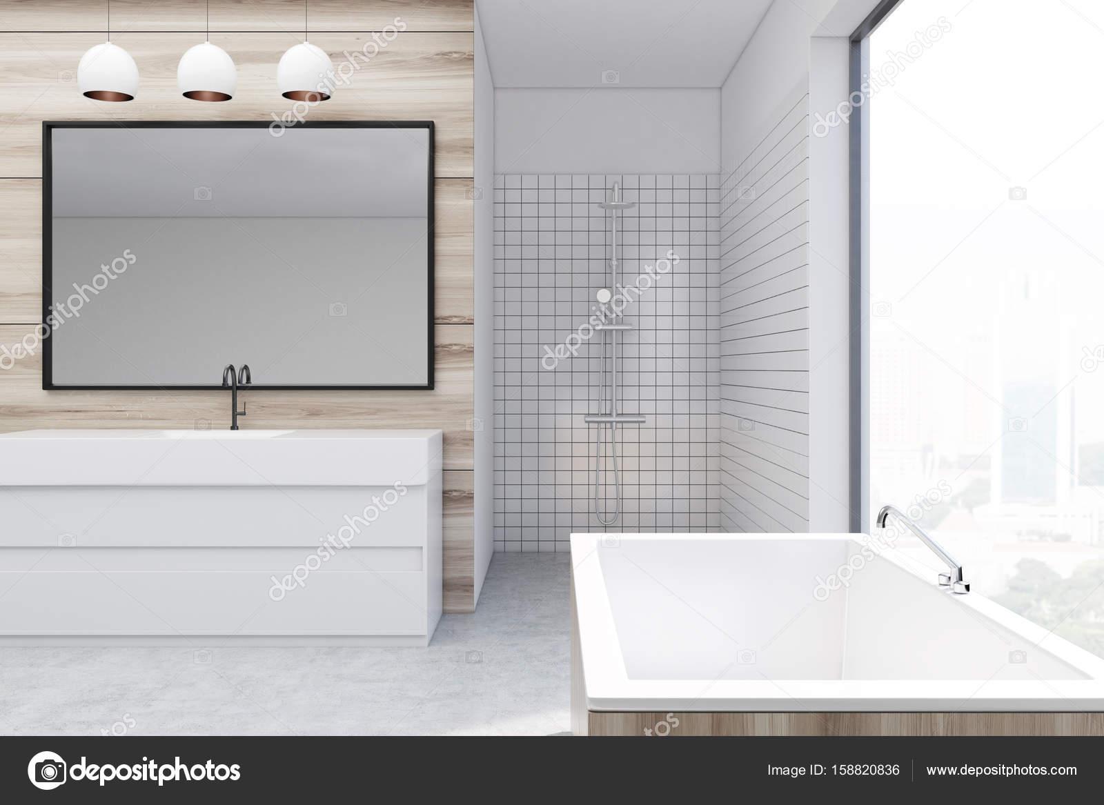 Houten badkamer douche spiegel u stockfoto denisismagilov