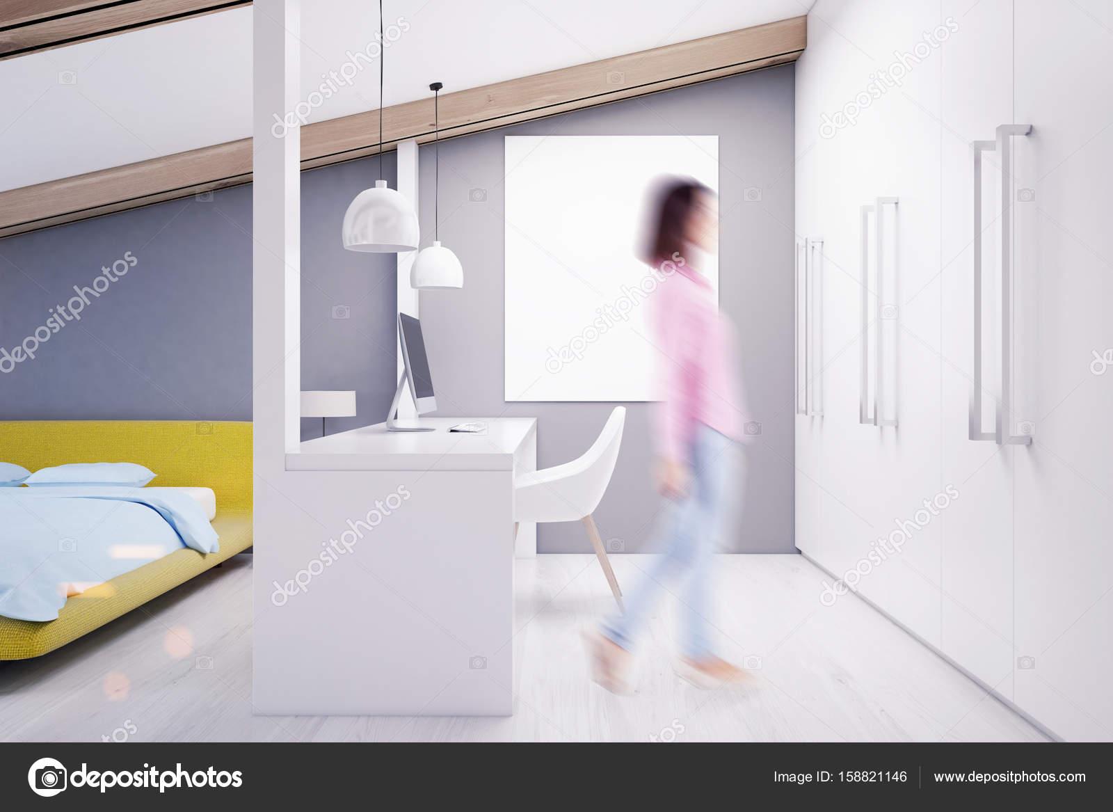 Grijze zolder slaapkamer kantoor aan huis geel meisje