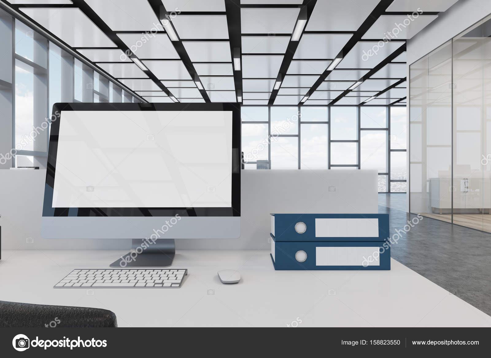 Écran dordinateur vierge sur un bureau blanc u2014 photographie