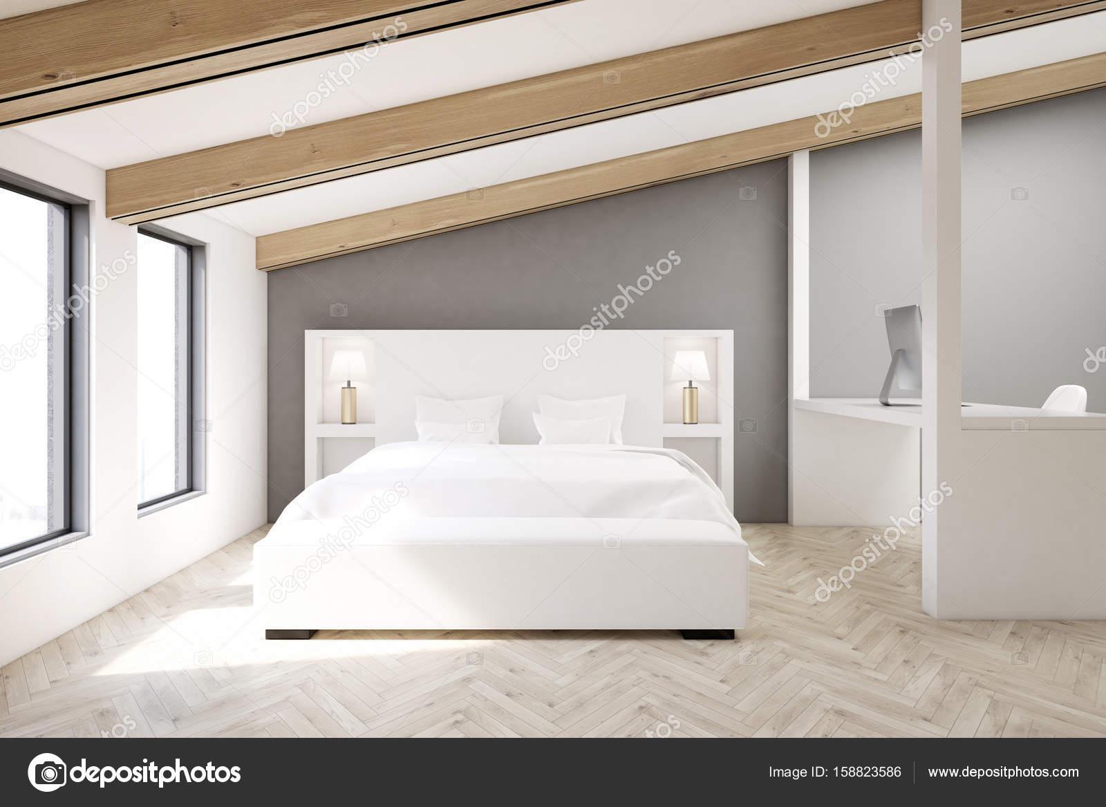 Camera da letto mansardata grigia, pavimento in legno — Foto Stock ...
