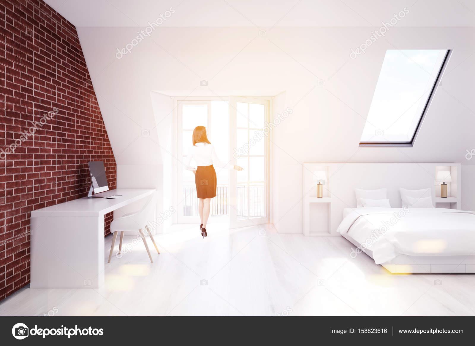 Chambre grenier bureau à domicile fille de brique u photographie