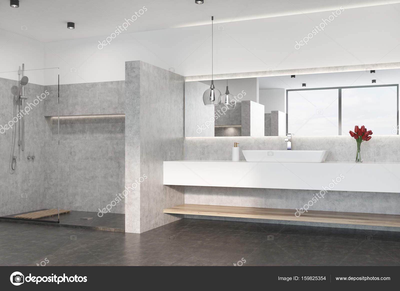 Grijze badkamer met een douche, wastafel — Stockfoto ...
