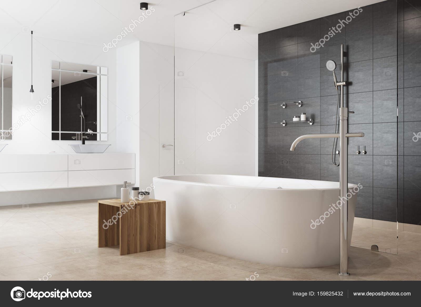 Zwarte badkamer, dubbele wastafel, bloemen — Stockfoto ...