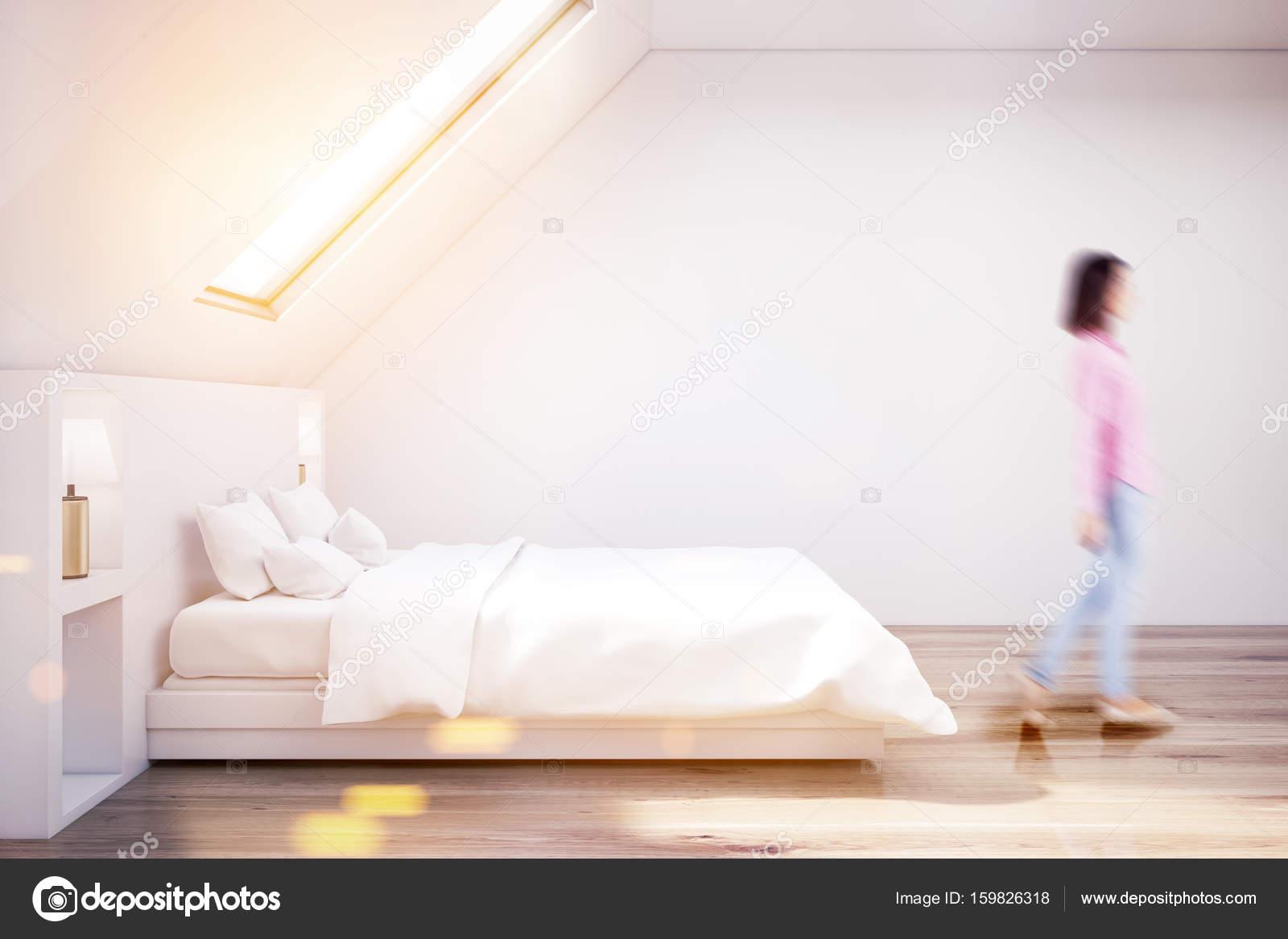 https://st3.depositphotos.com/2673929/15982/i/1600/depositphotos_159826318-stockafbeelding-witte-zolder-slaapkamer-houten-vloer.jpg