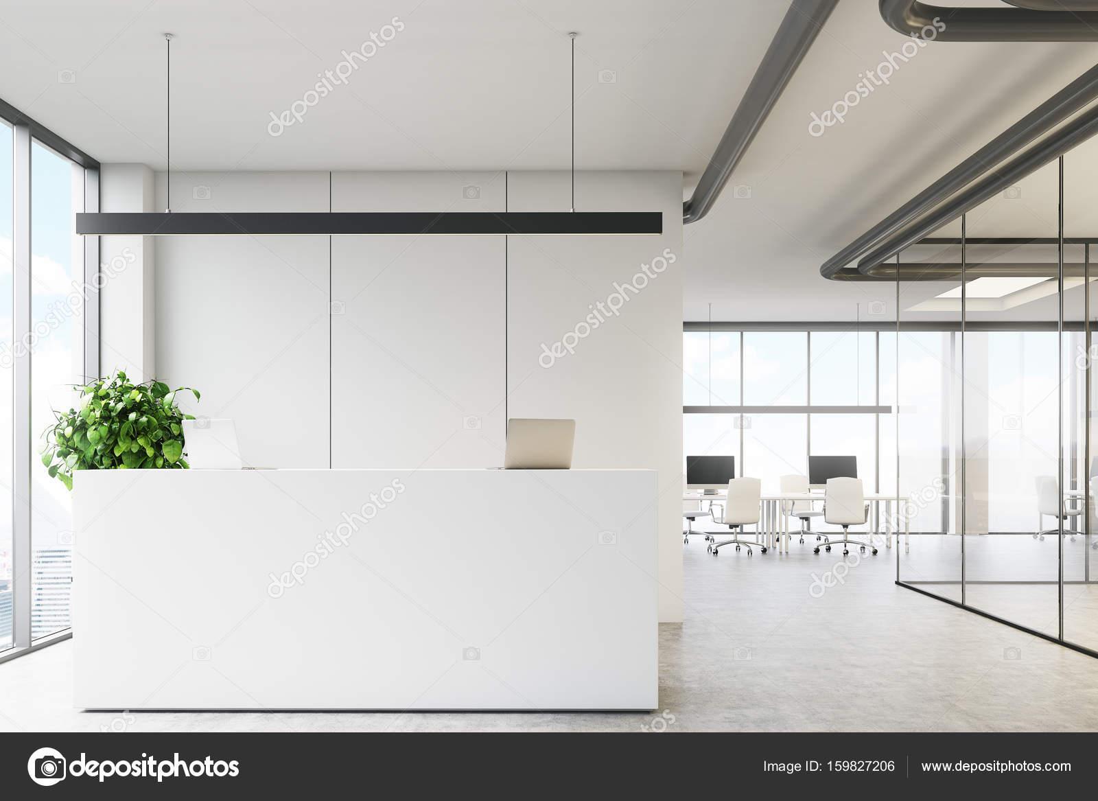 Bureau blanc avec un bureau de réception u photographie