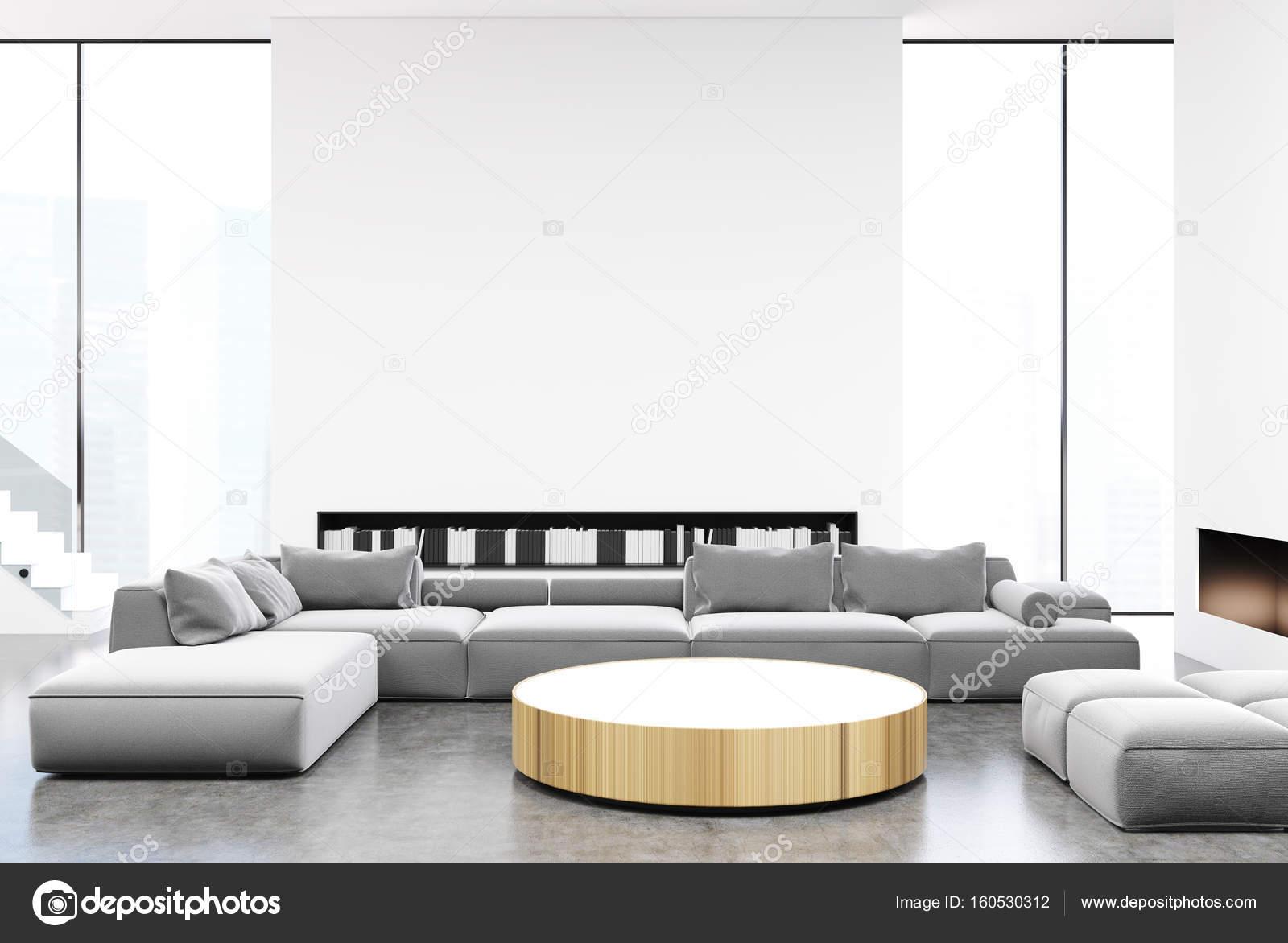 Weiße Und Graue Wohnzimmer Interieur Mit Einem Runden Tisch, Leichte Graue  Sofas Und Sesseln In Der Nähe Von Es, Hohen Fenstern Und Buch Regale.