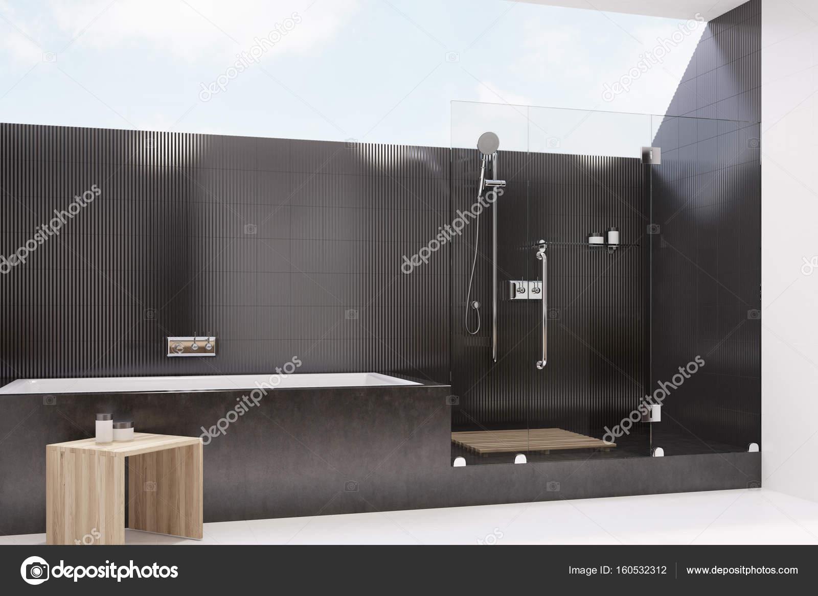 Zwarte betegelde badkamer interieur, douche, kant — Stockfoto ...