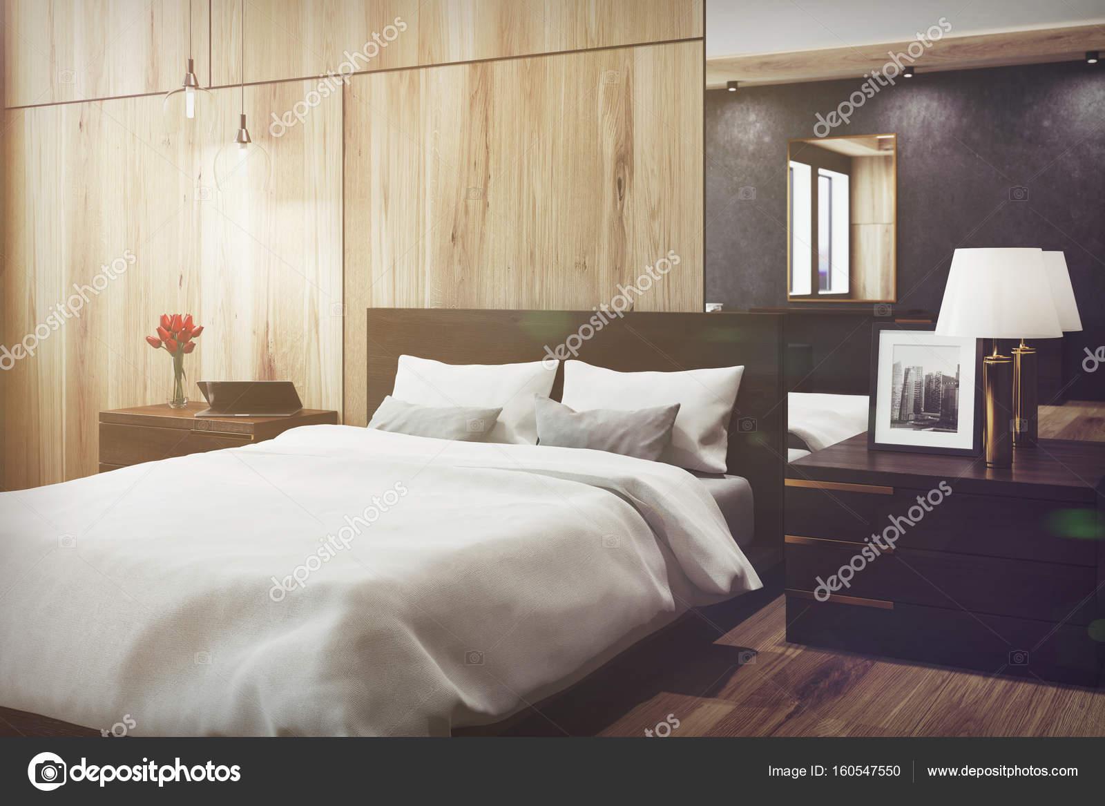Camera da letto nera e in legno, specchio, lato tonico — Foto Stock ...