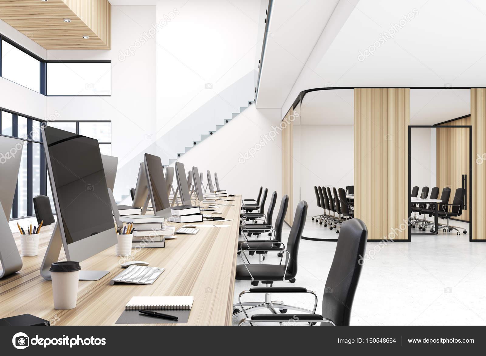 Bureau en bois espace ouvert avec des escaliers u photographie