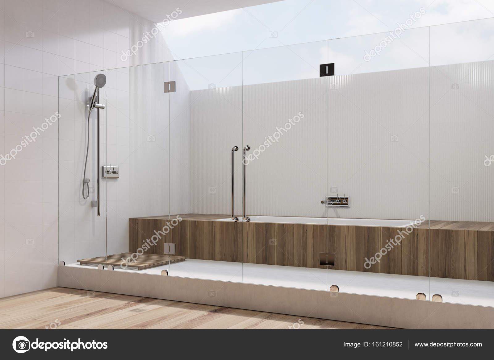 Weiße Badezimmer Interieur, hölzerne Badewanne, Dusche ...