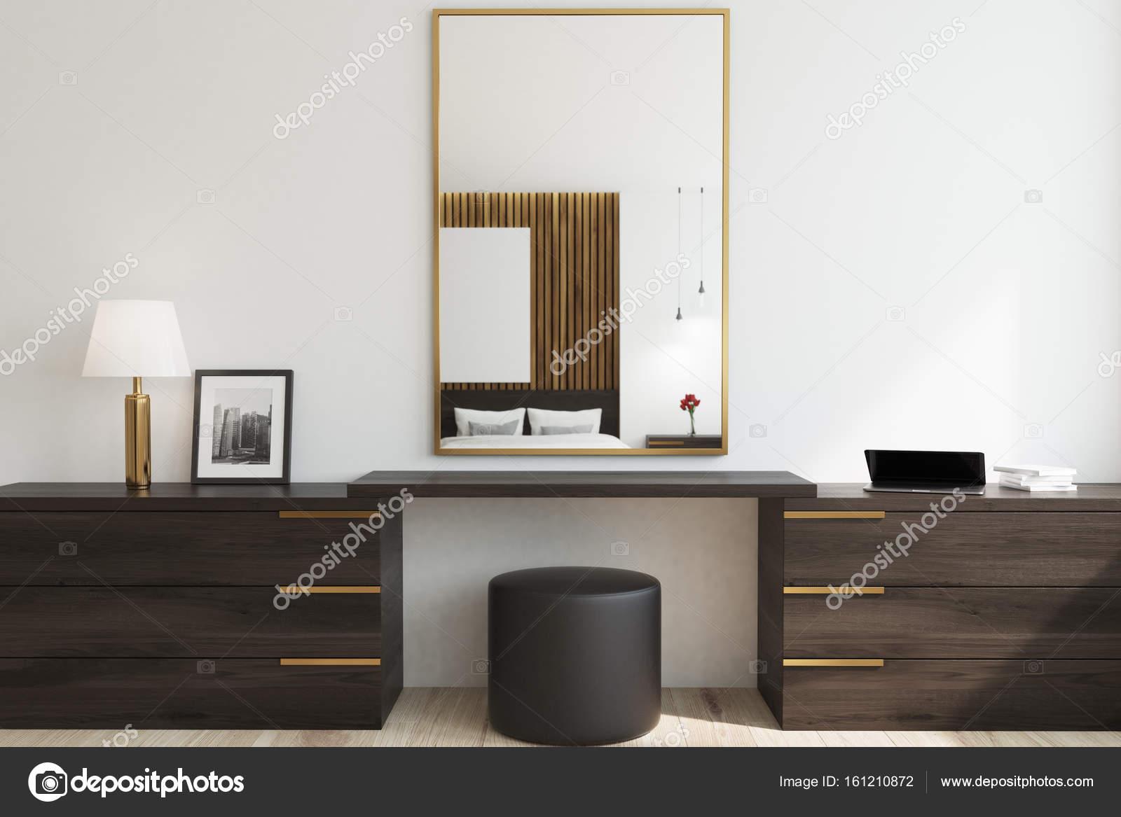 Hölzerne Schlafzimmer, Spiegel für Make-up — Stockfoto ...