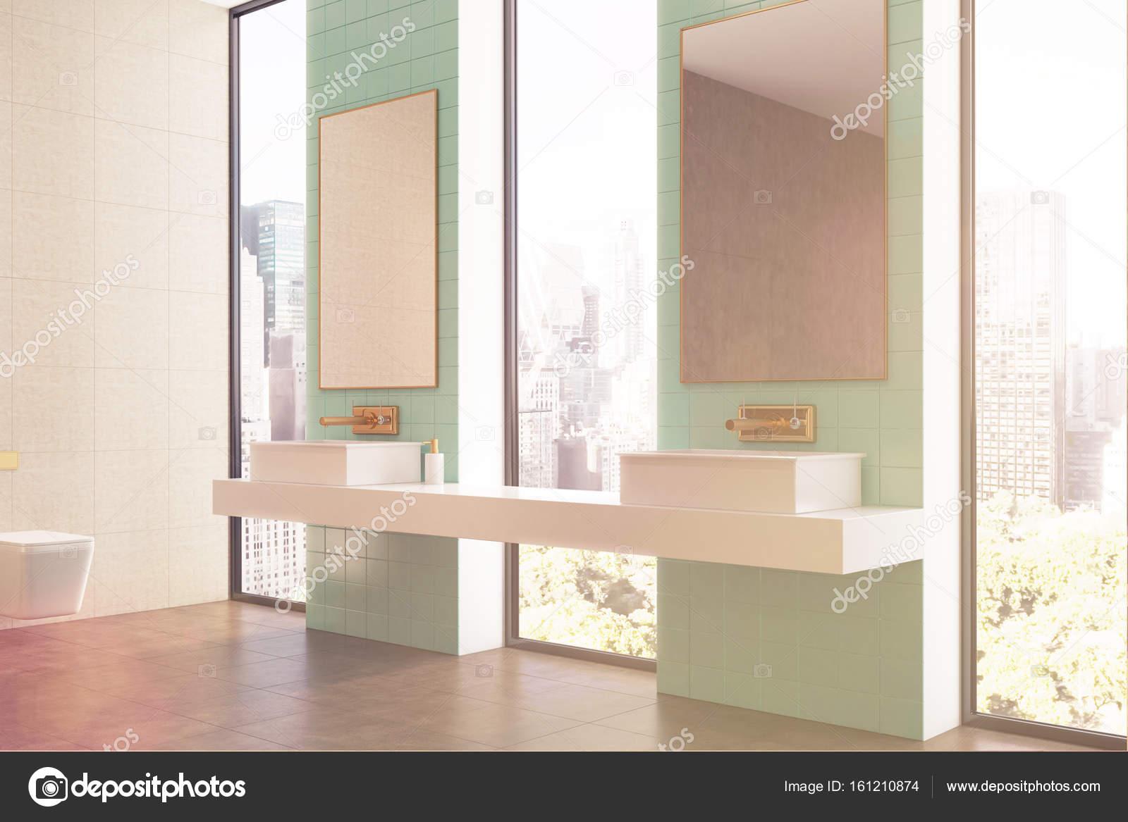 Groene badkamer, dubbele wastafel, kant afgezwakt — Stockfoto ...