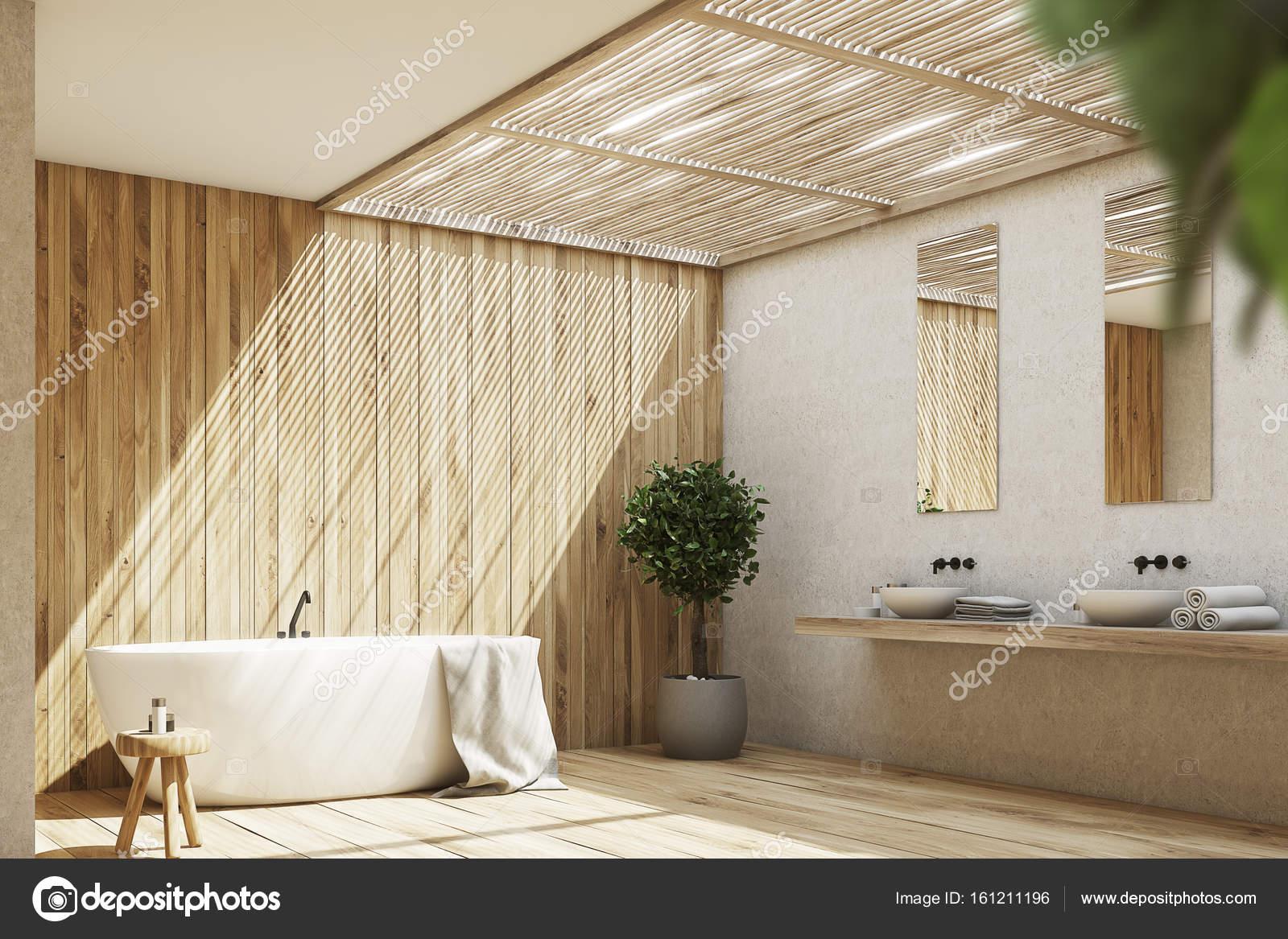 Houten badkamer interieur met een bad en een boom, kant — Stockfoto ...